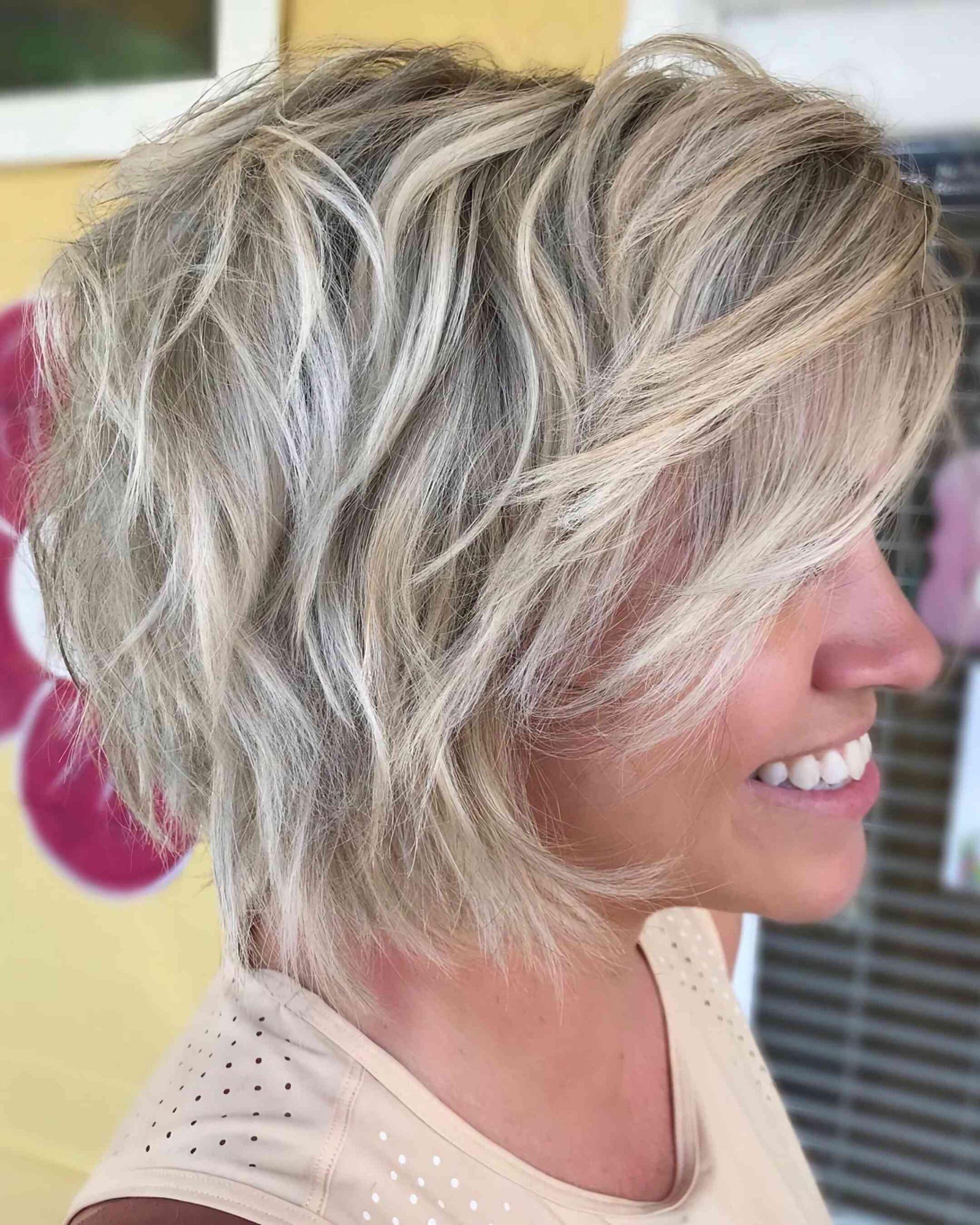 слоистый боб каре на светлые волосы