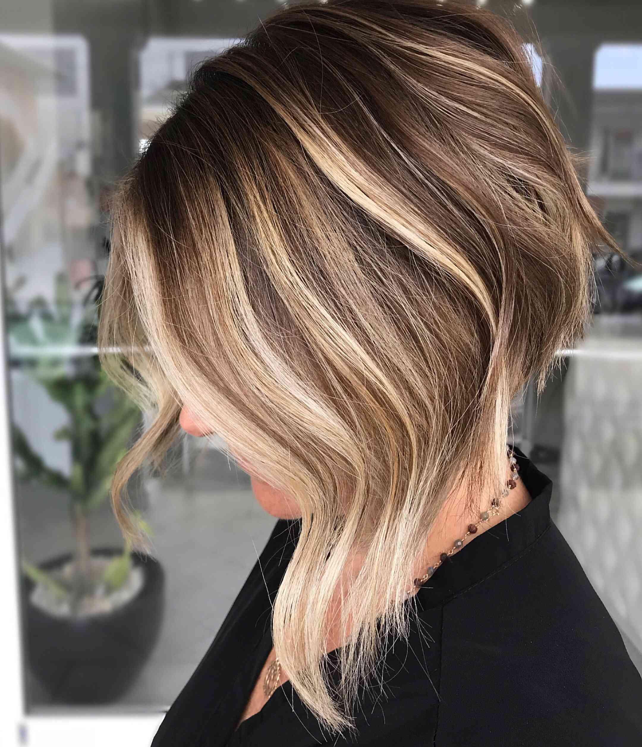 удлиненный боб градуированными волосами