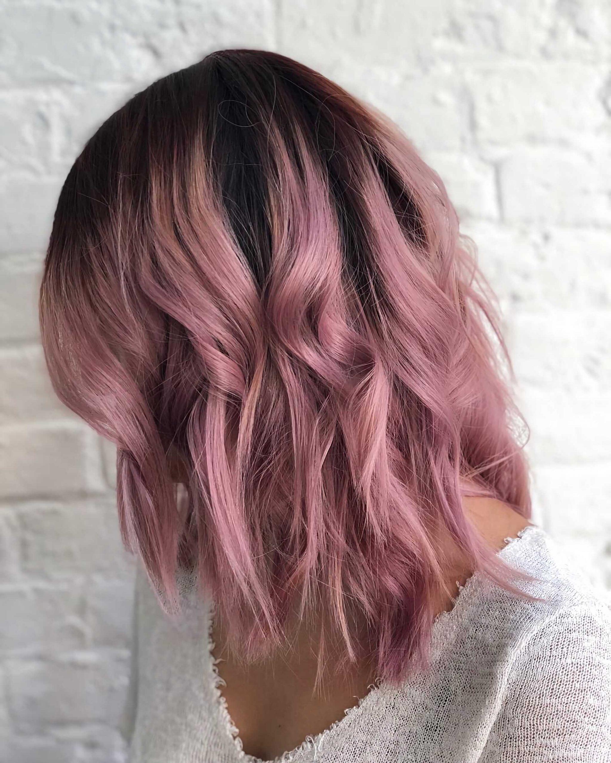 малиновые волосы омбре на каре