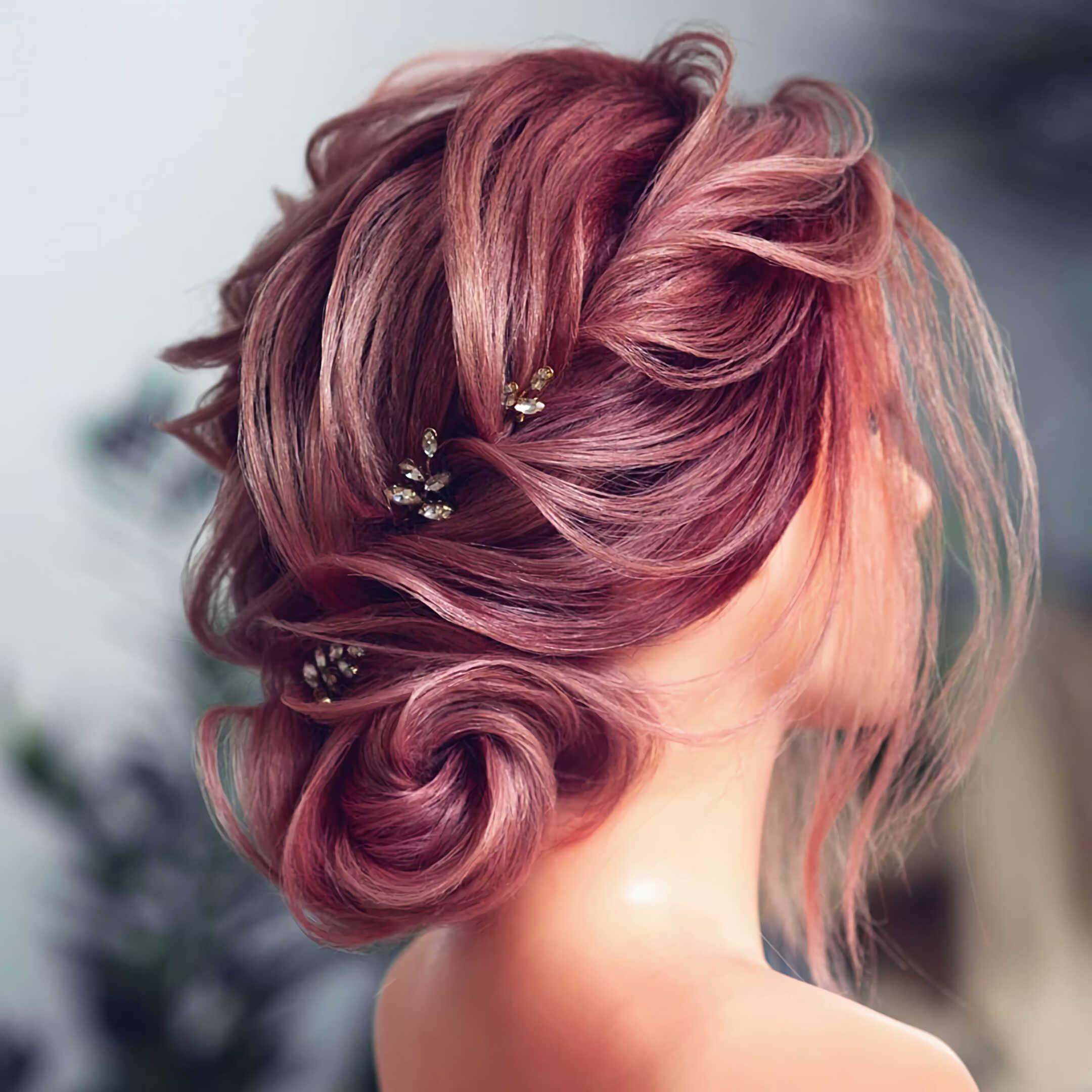 модная вечерняя прическа с фиолетовым пучком