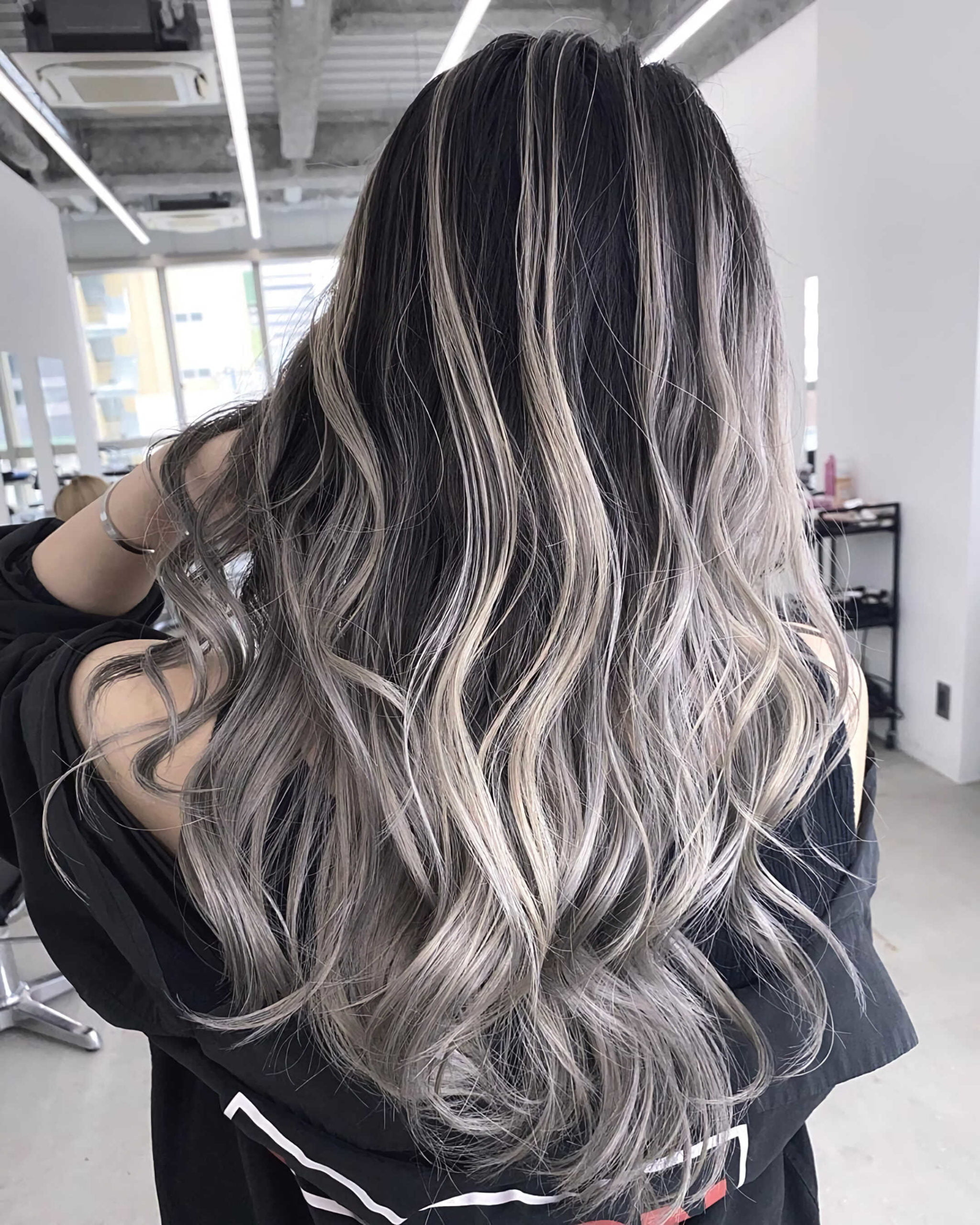 стильные волнистые волосы с пепельным балаяжем