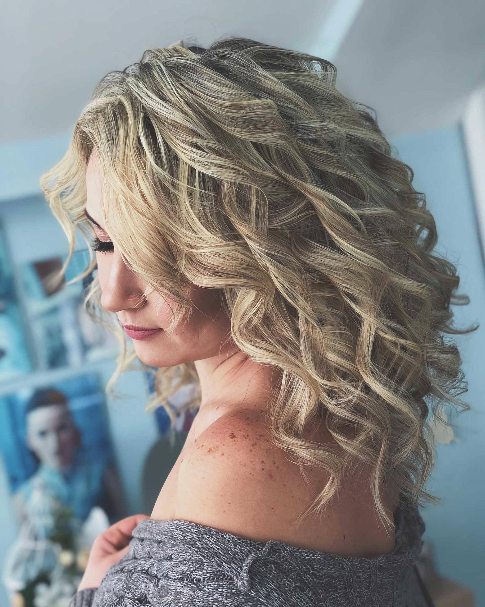 вечерняя прическа с светлыми волнистыми волосами