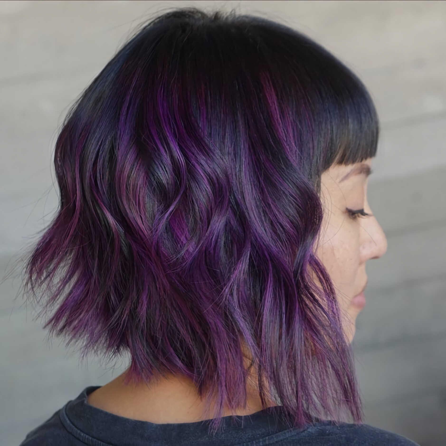 модная вечерняя прическа на средние волосы с фиолетовым цветом