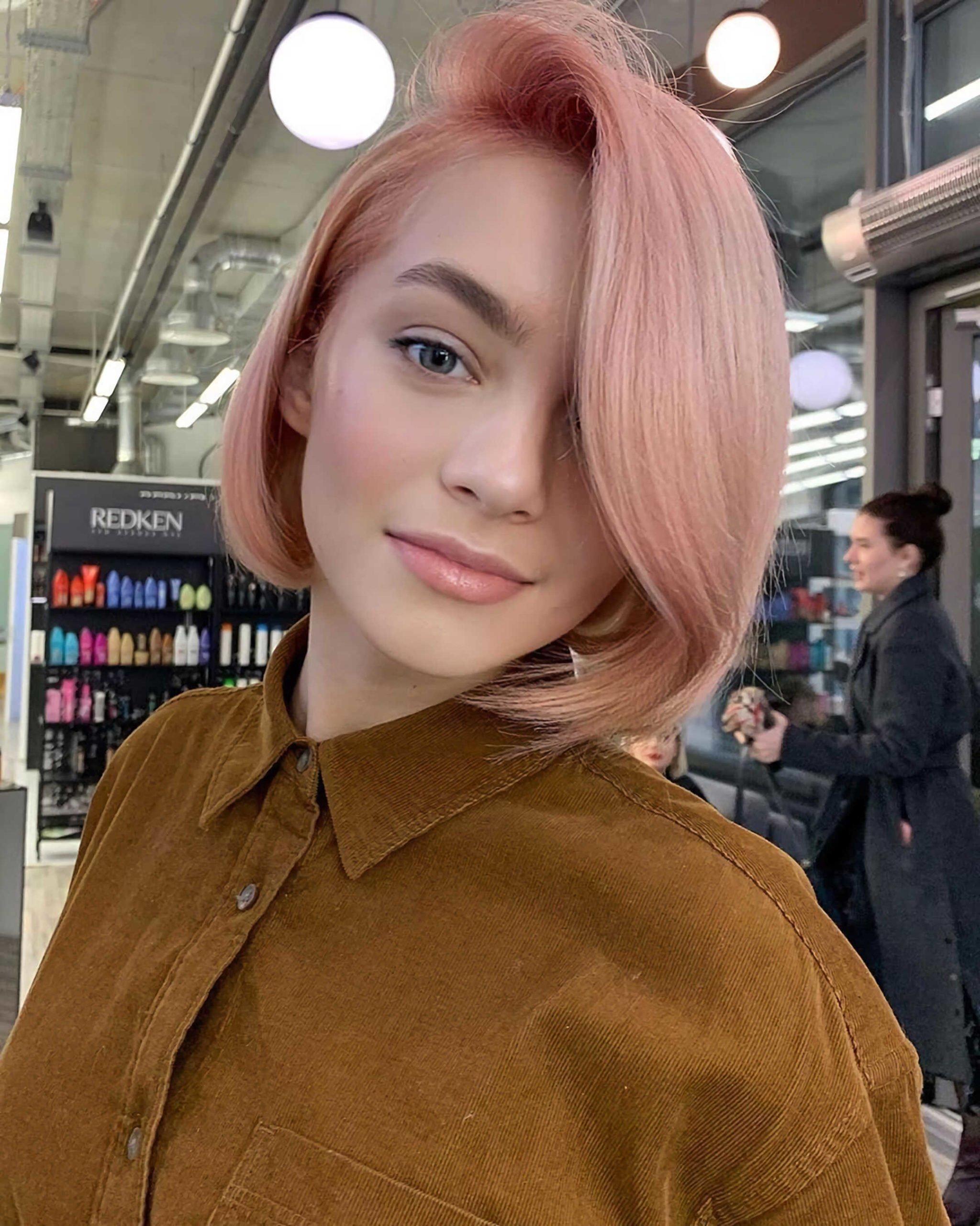 красивая розовая вечерняя прическа на средние волосы