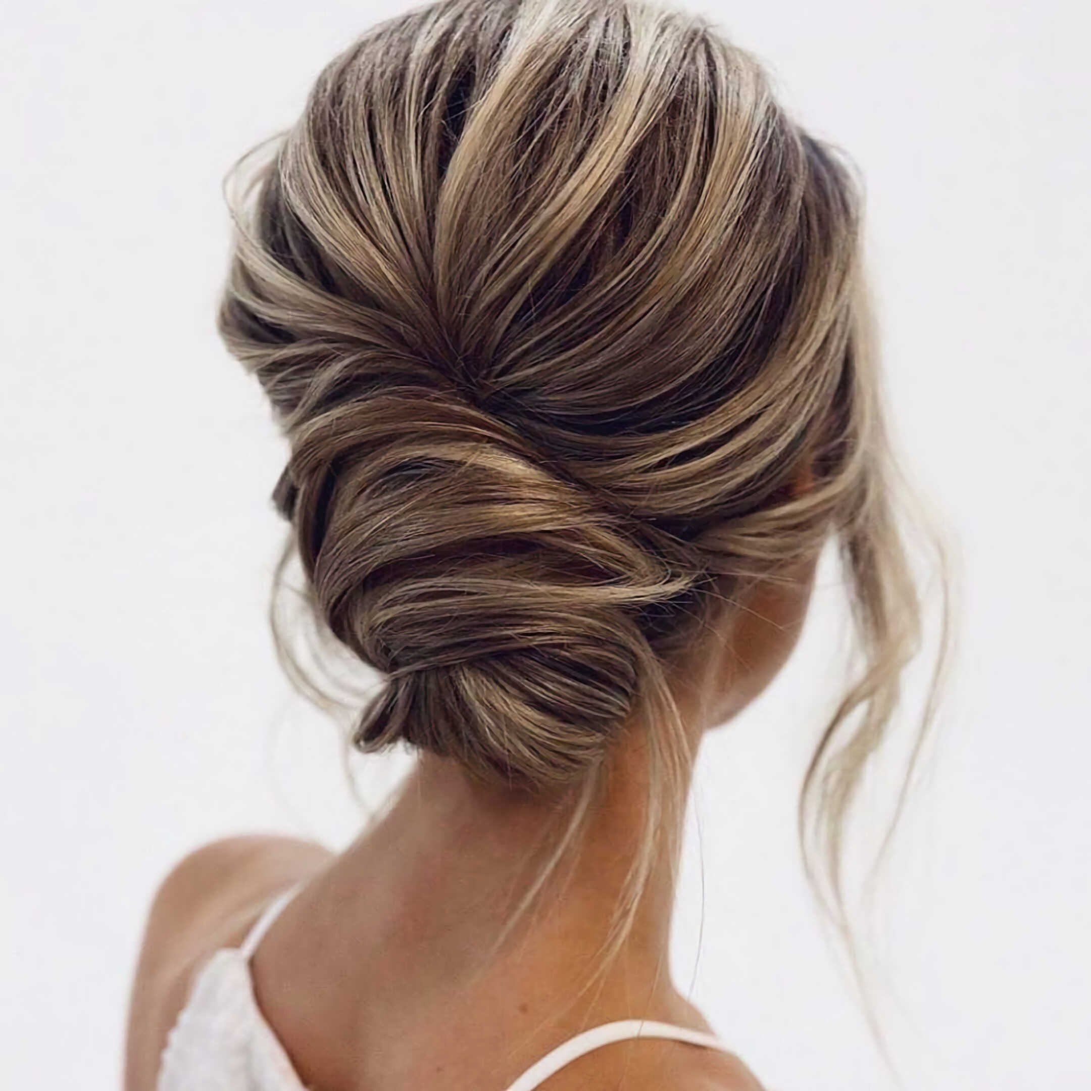 красивая прическа с пучком на средние волосы