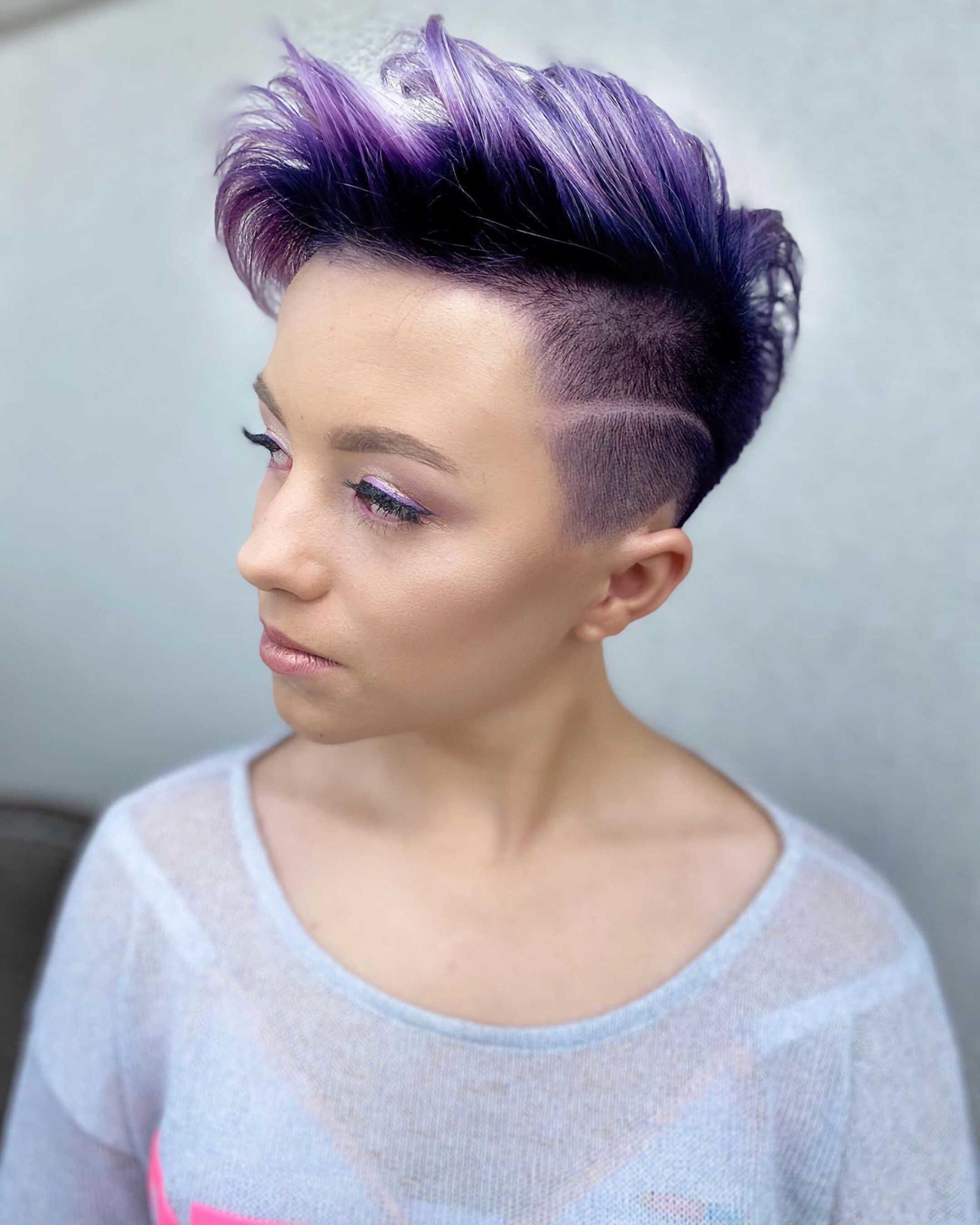 современная вечерняя прическа с фиолетовыми волосами