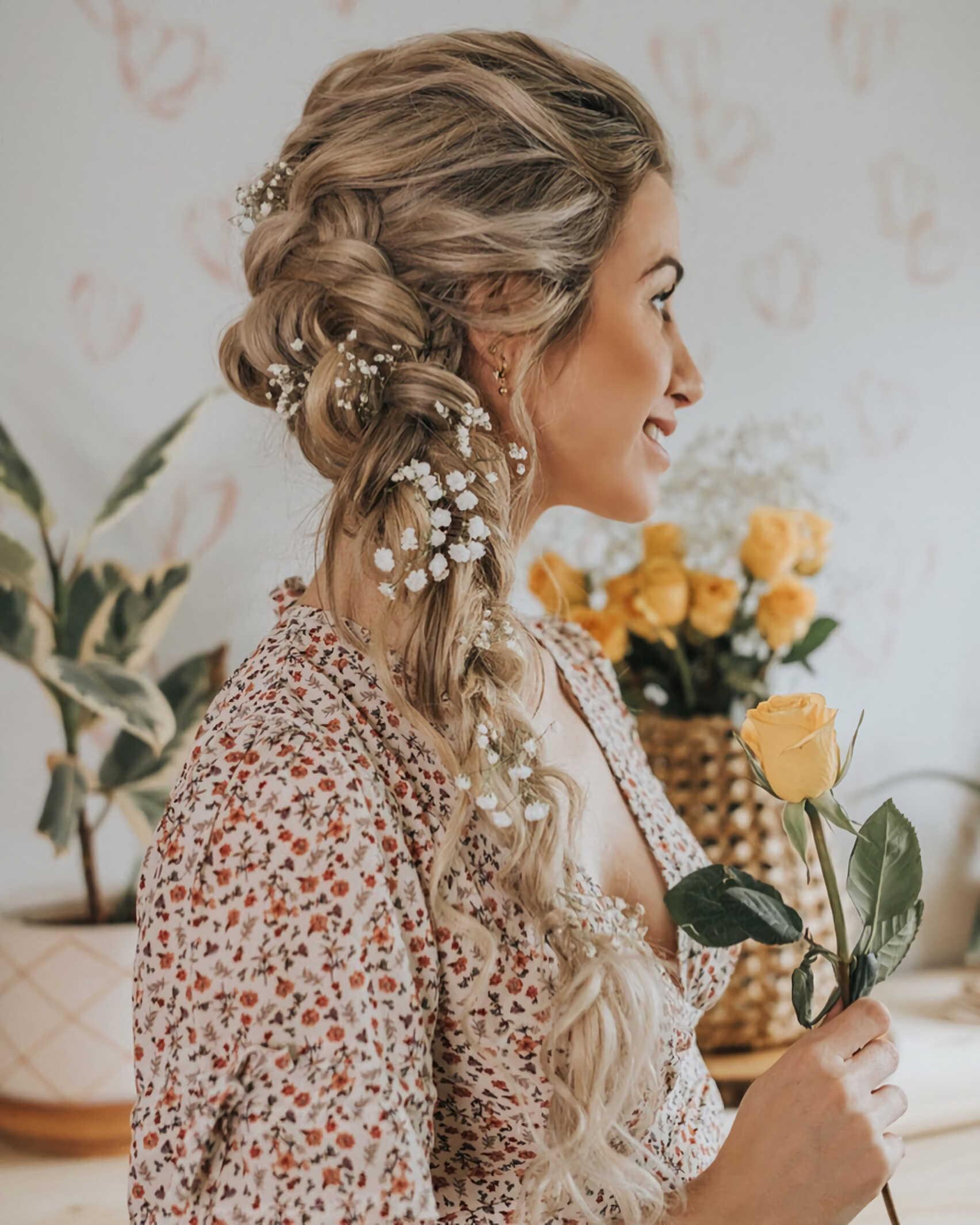 стильная прическа с плетенной косой
