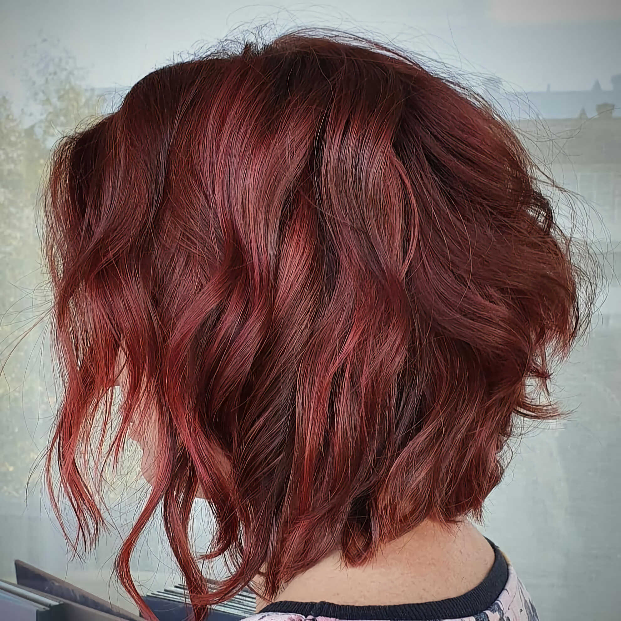 красивая красная вечерняя прическа на средние волосы