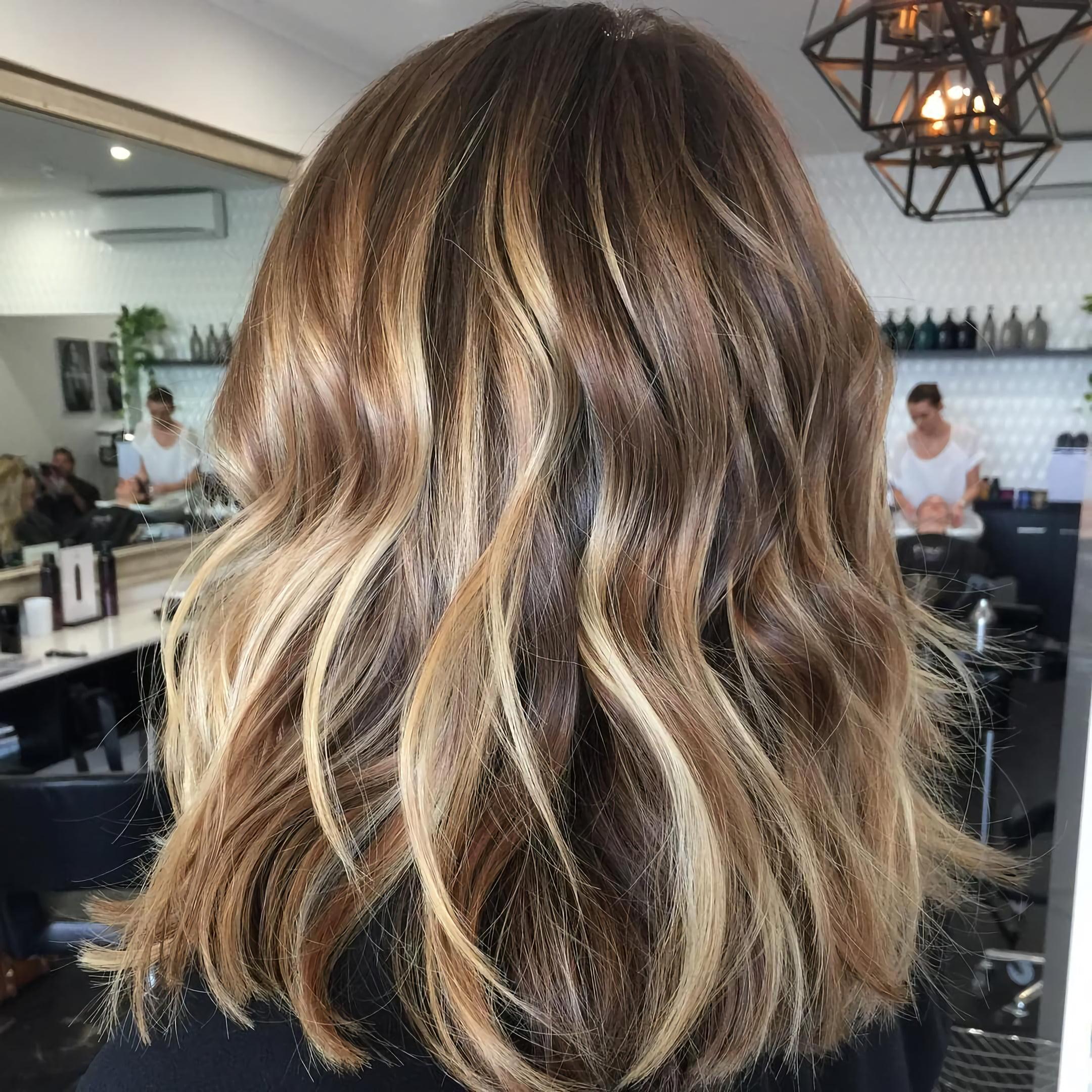 Русые волосы средней длины с золотистым окрашиванием