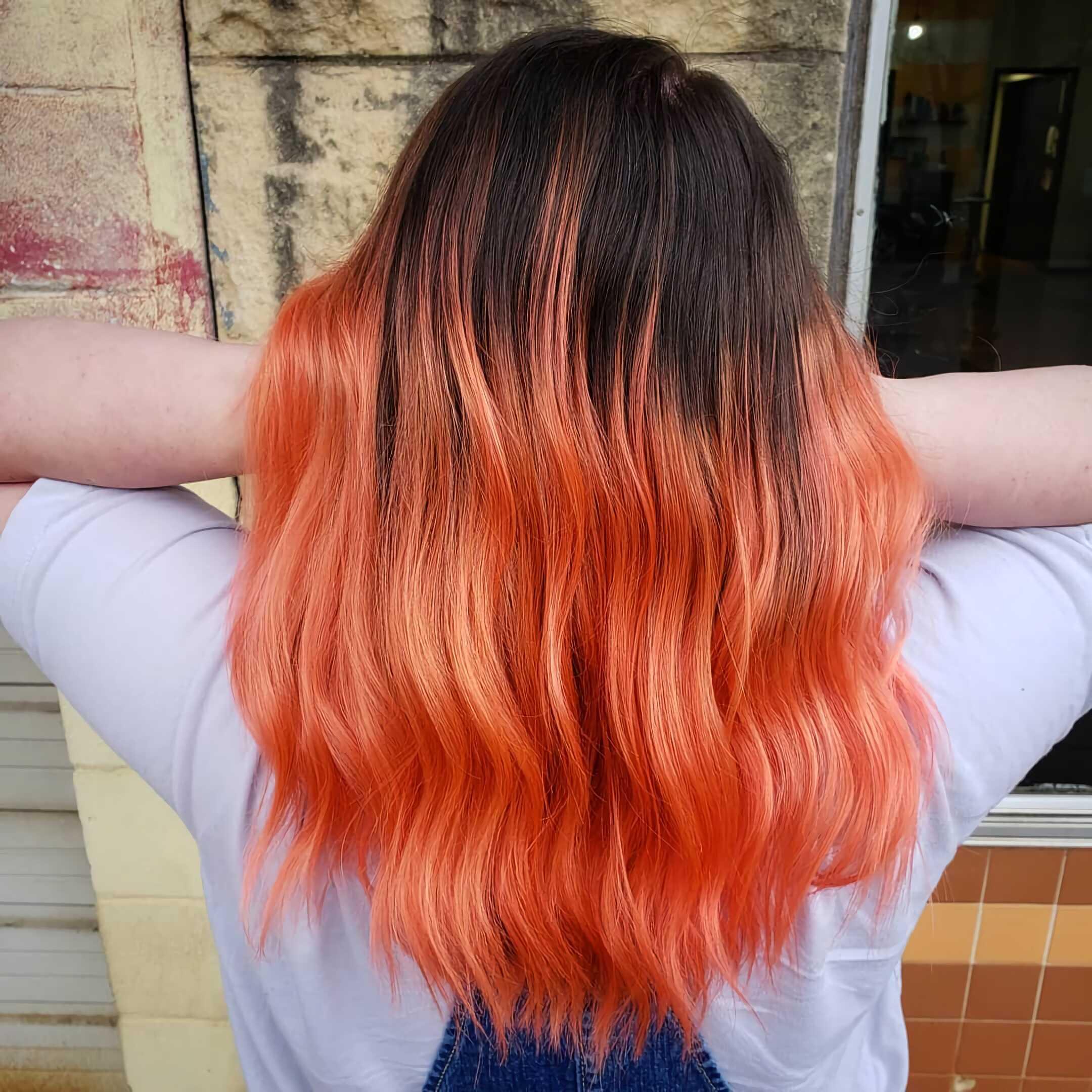 стильные красные волосы с окрашиванием омбре