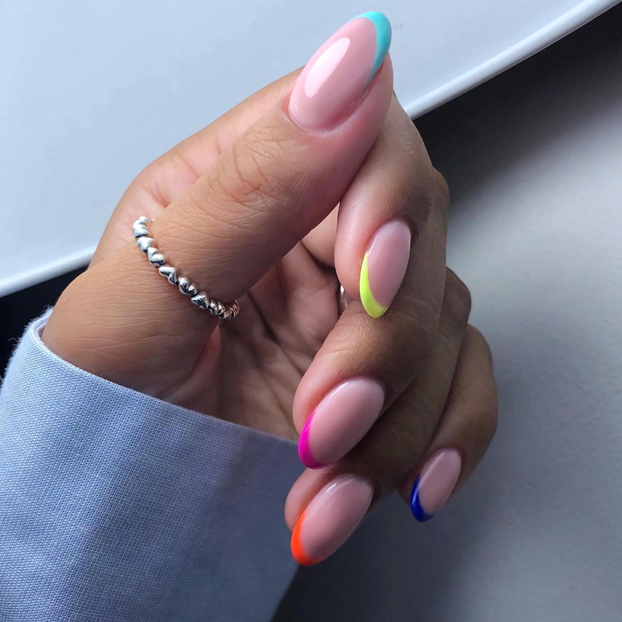 модный разноцветный французский маникюр