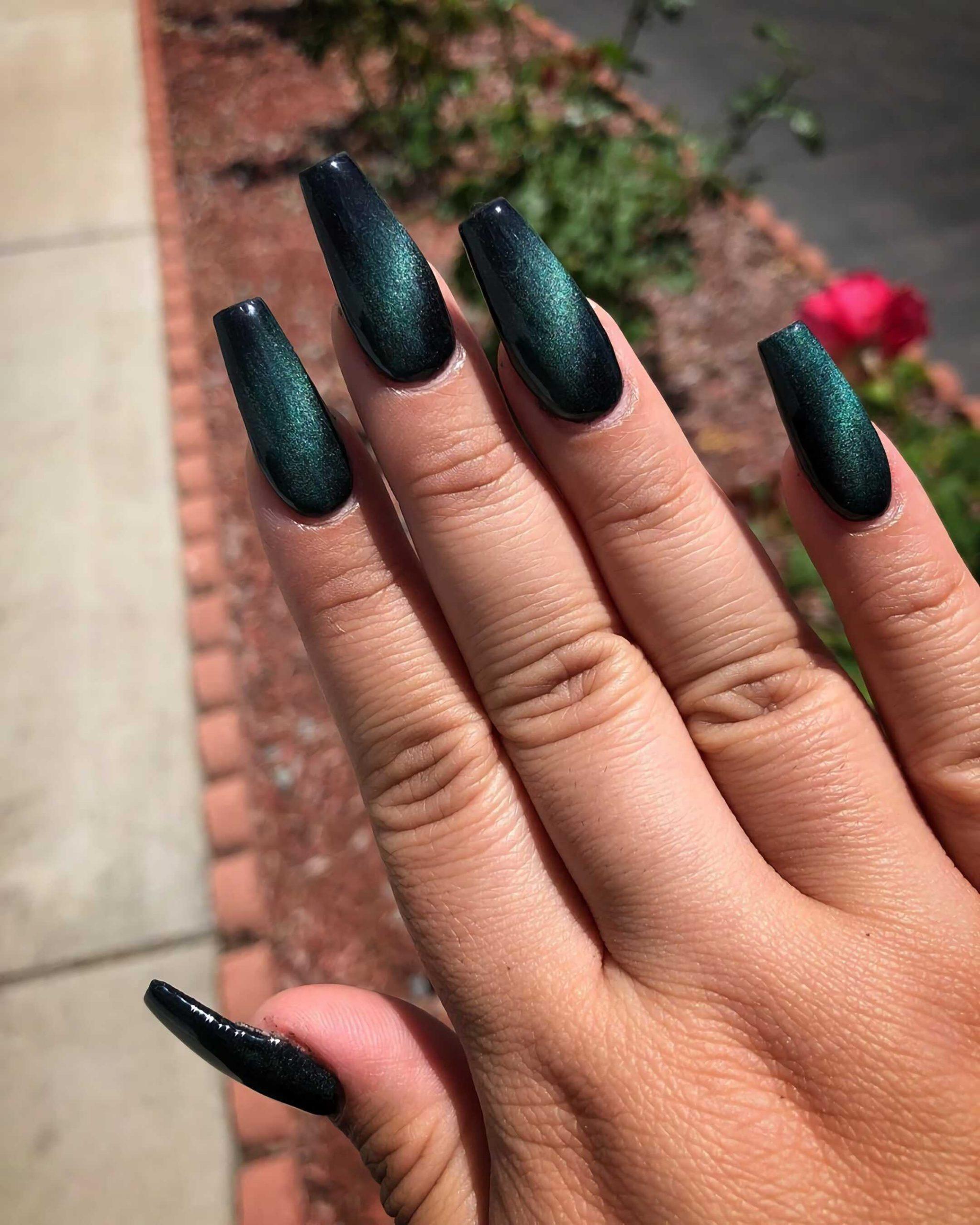 стильный маникюр с черными и зелеными ногтями