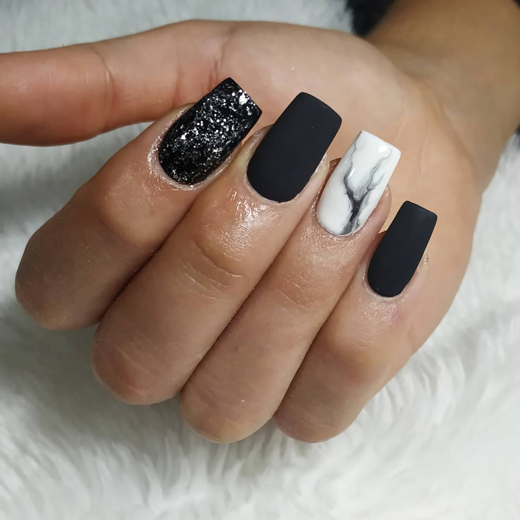 черные ногти с красивым маникюром с рисунком мрамора