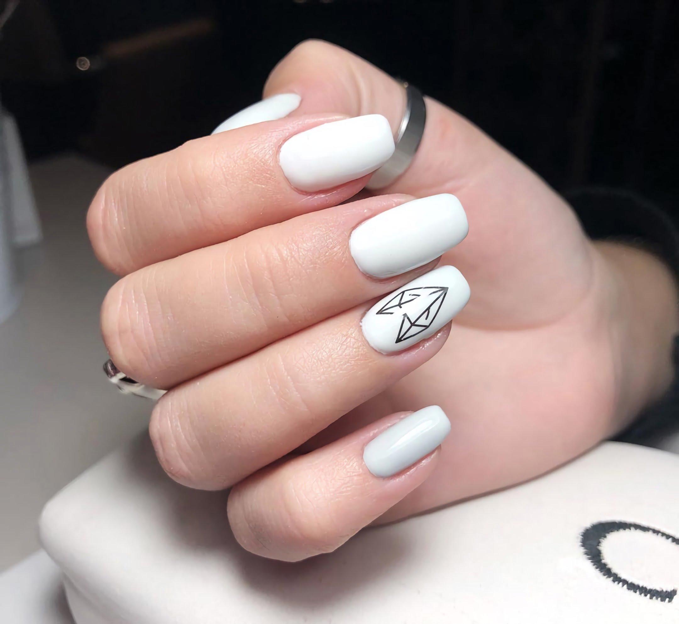 геометрический маникюр на белые ногти