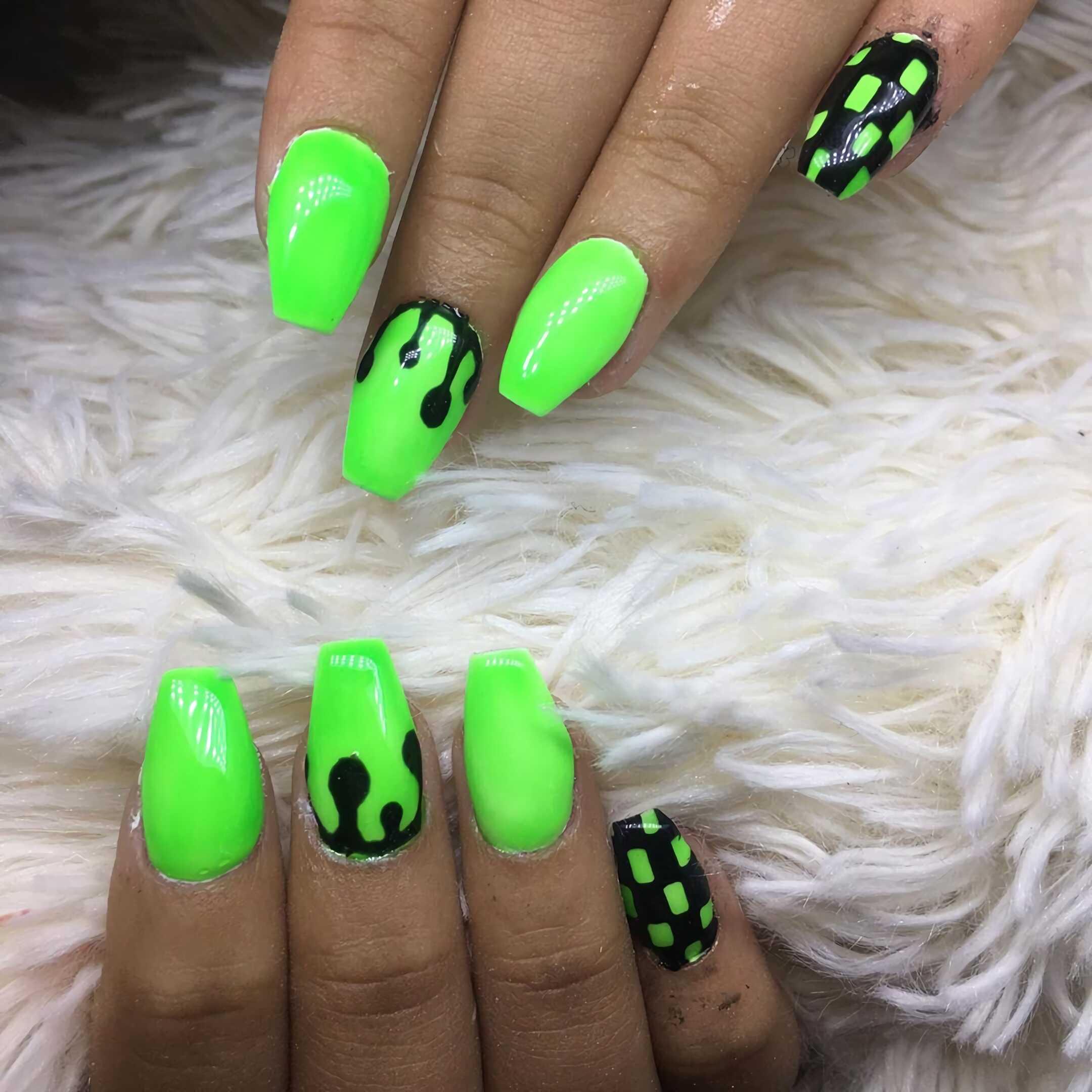 неоновые ногти с зеленым маникюром