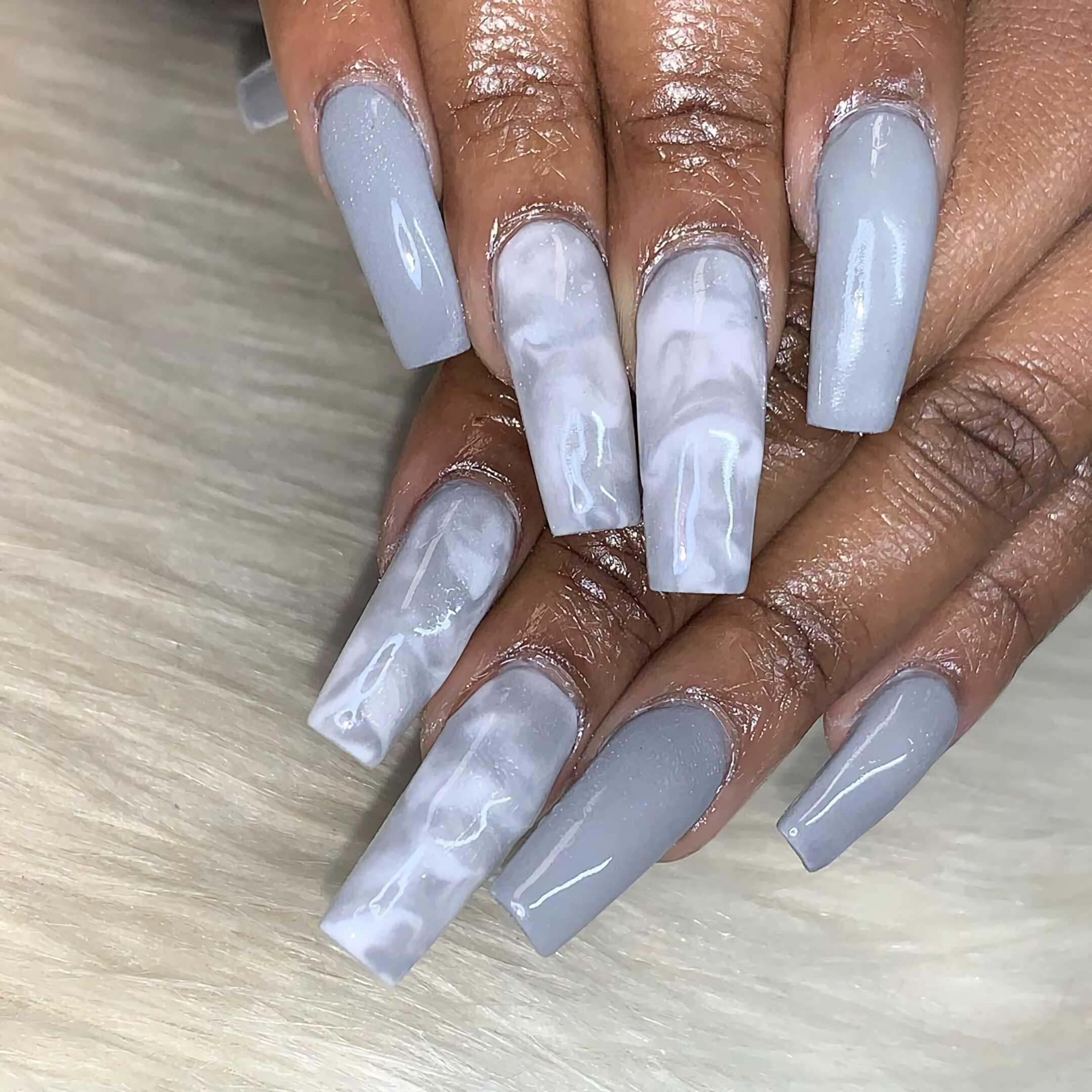 серые ногти с мраморным маникюром