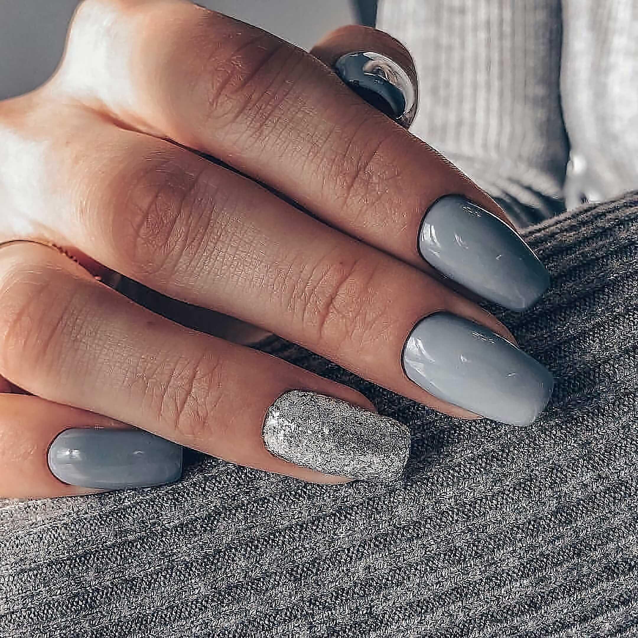 серый маникюр с акцентированным ногтем