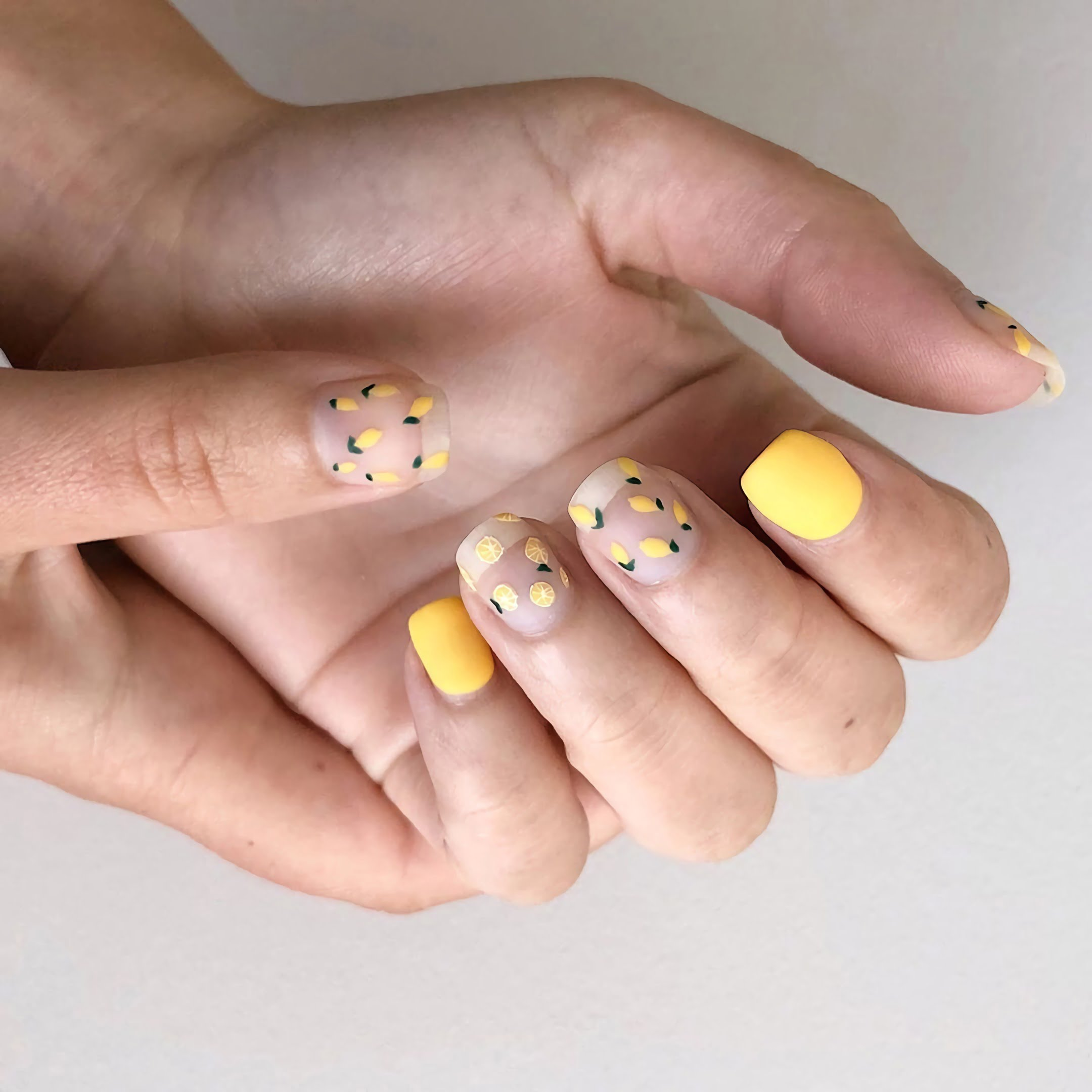 матовые желтые ногти с рисунком апельсинов