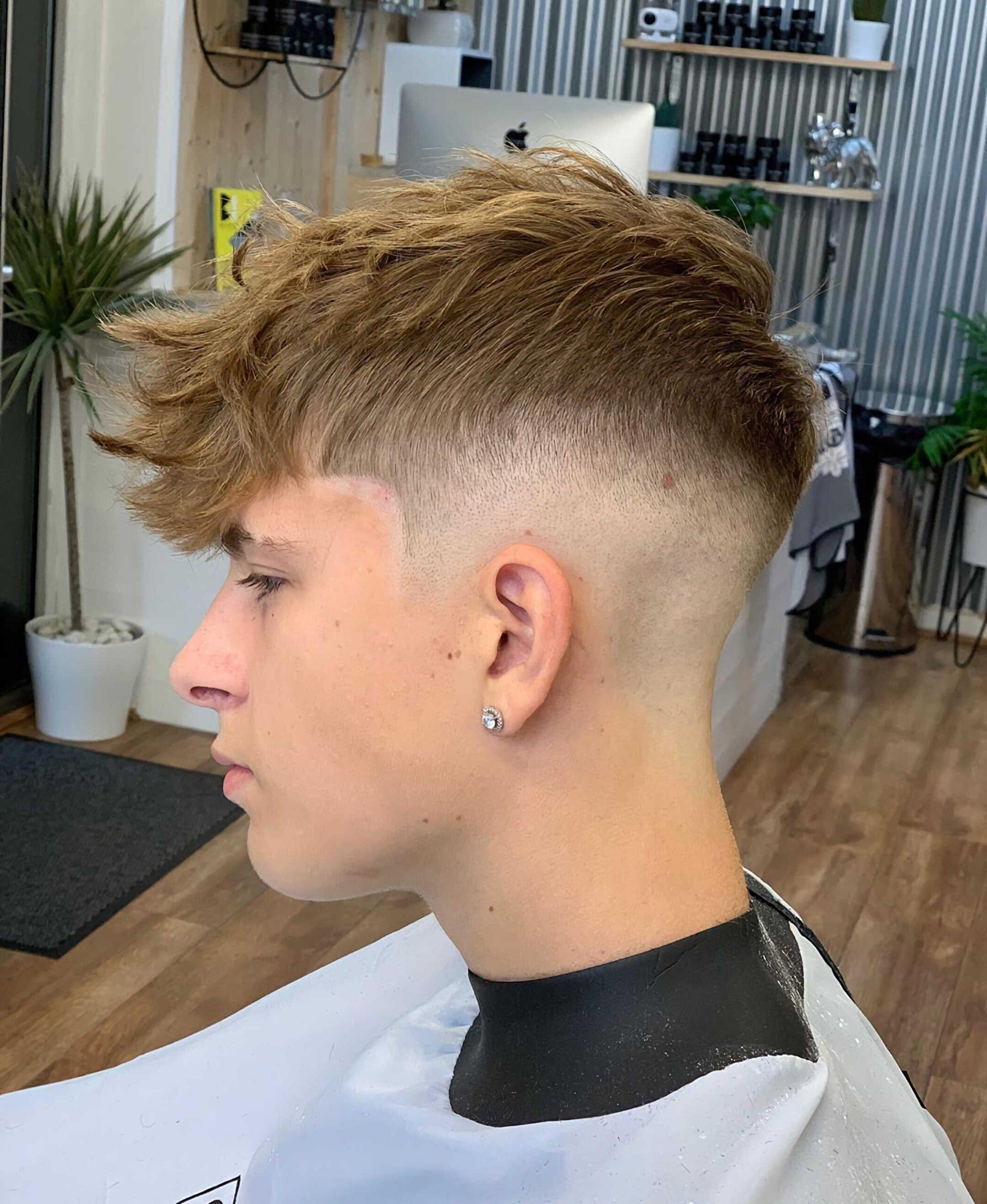 современный цезарь с беспорядочными волосами