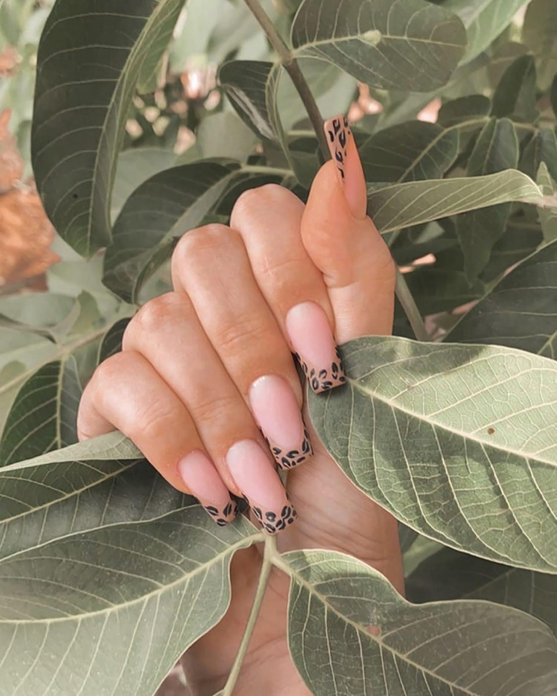 красивые нюдовые ногти с принтом животным