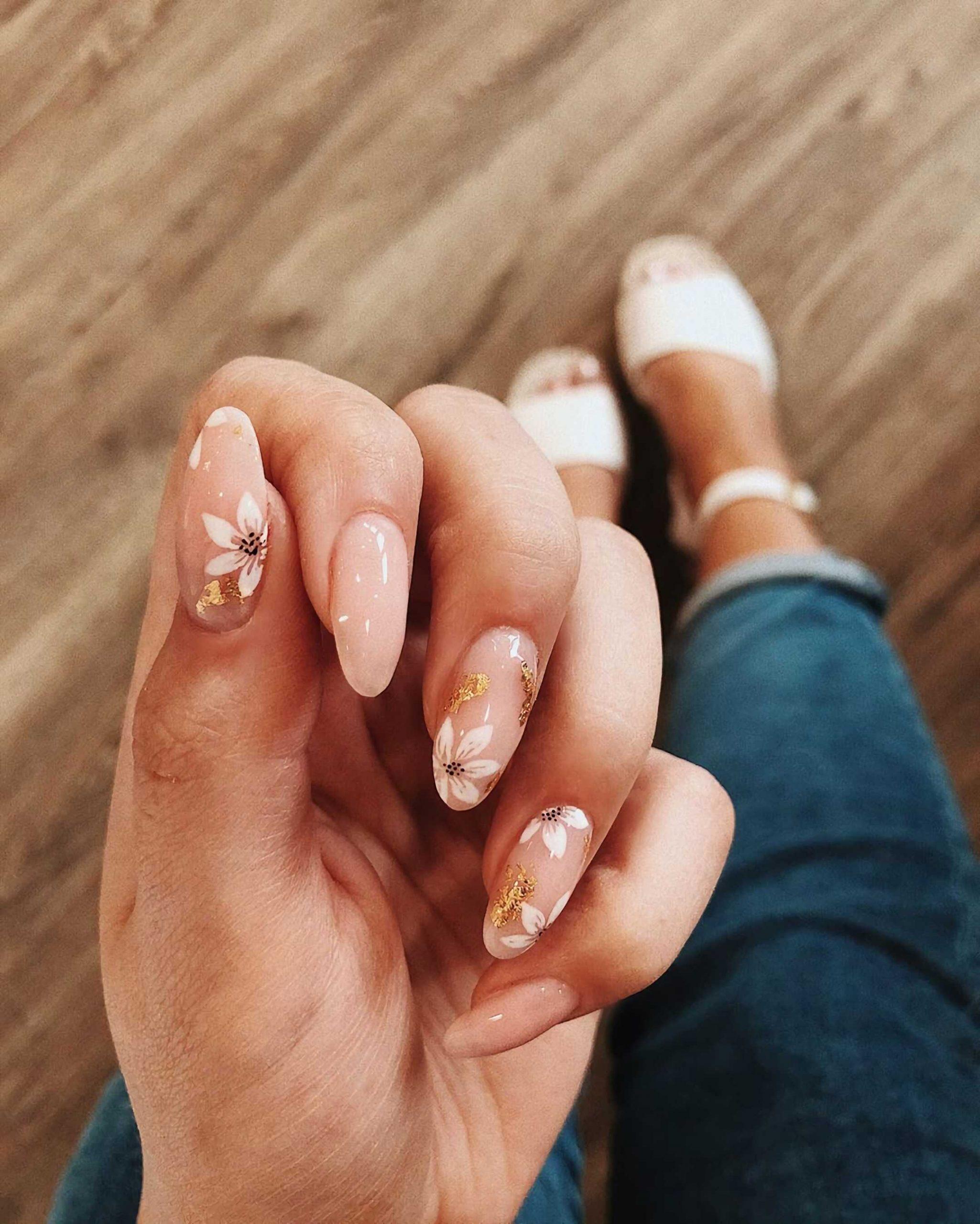 пастельніе ногти с цветочным маникюром