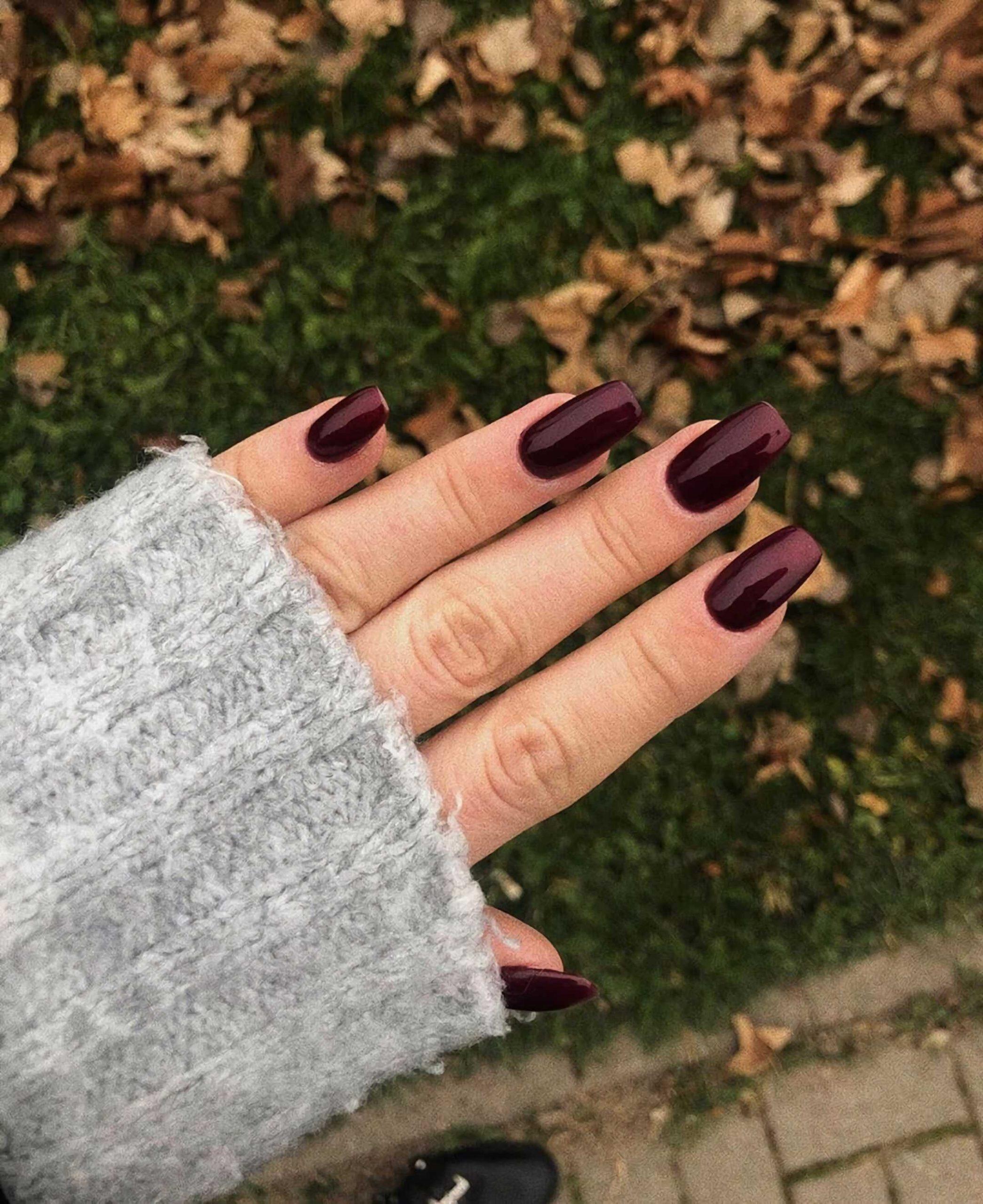 короткие бордовые ногти