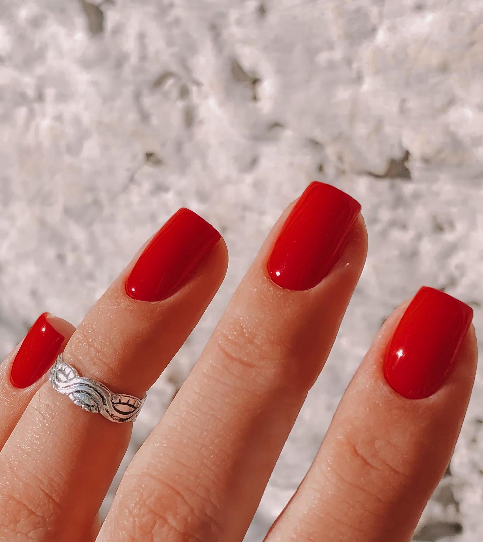 простые красные ногти