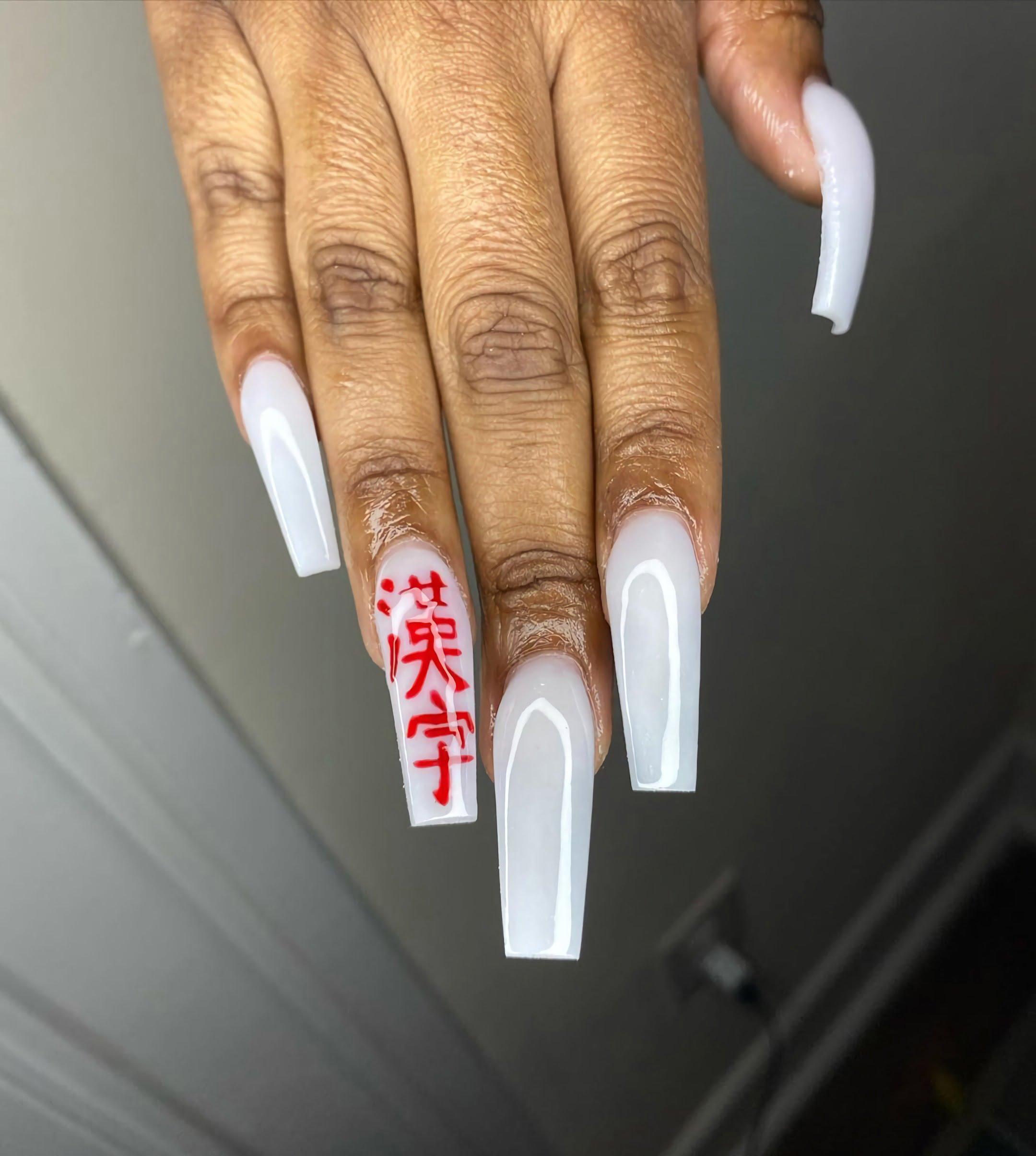 стильные белые ногти с иероглифами