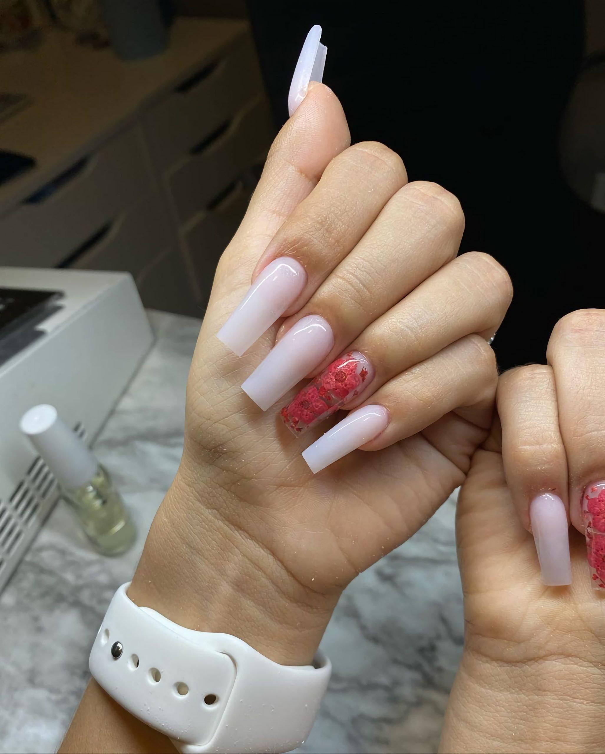 красивый белый маникюр с акцентированным ногтем с розами