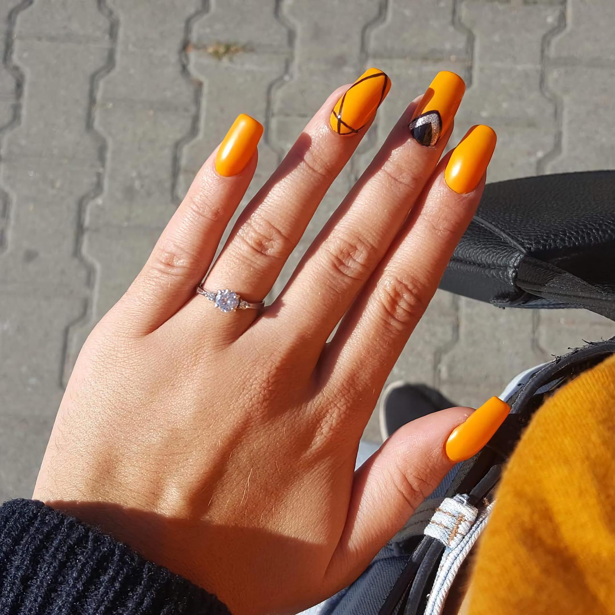 Геометрические оранжевые ногти