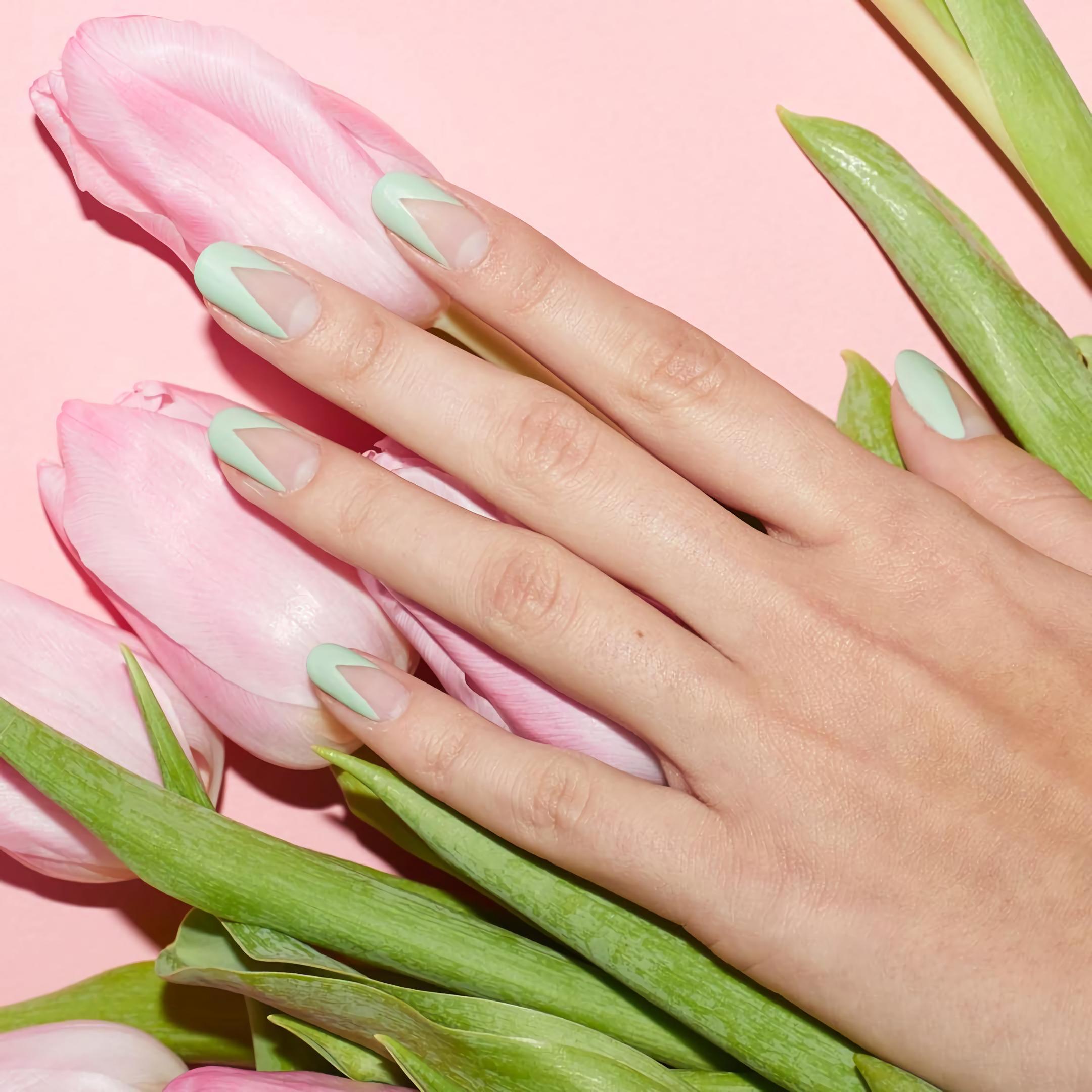 Мятно-зеленые ногти