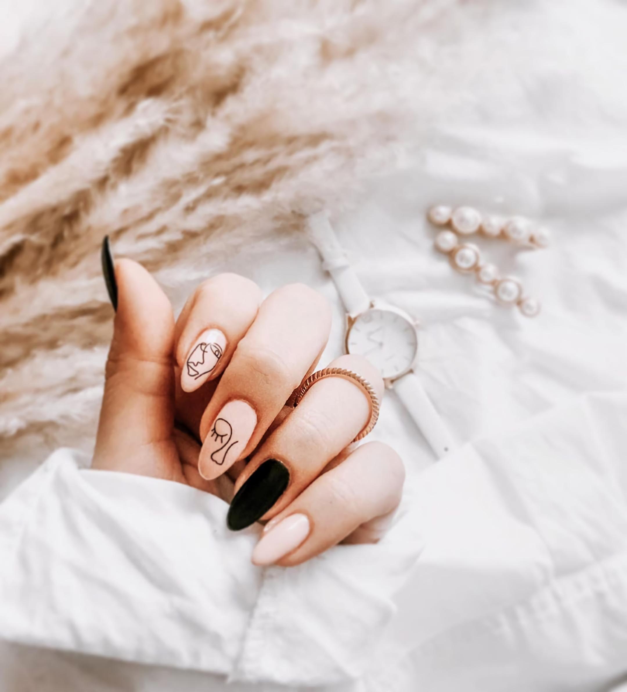 короткие ногти с абстрактными лицами