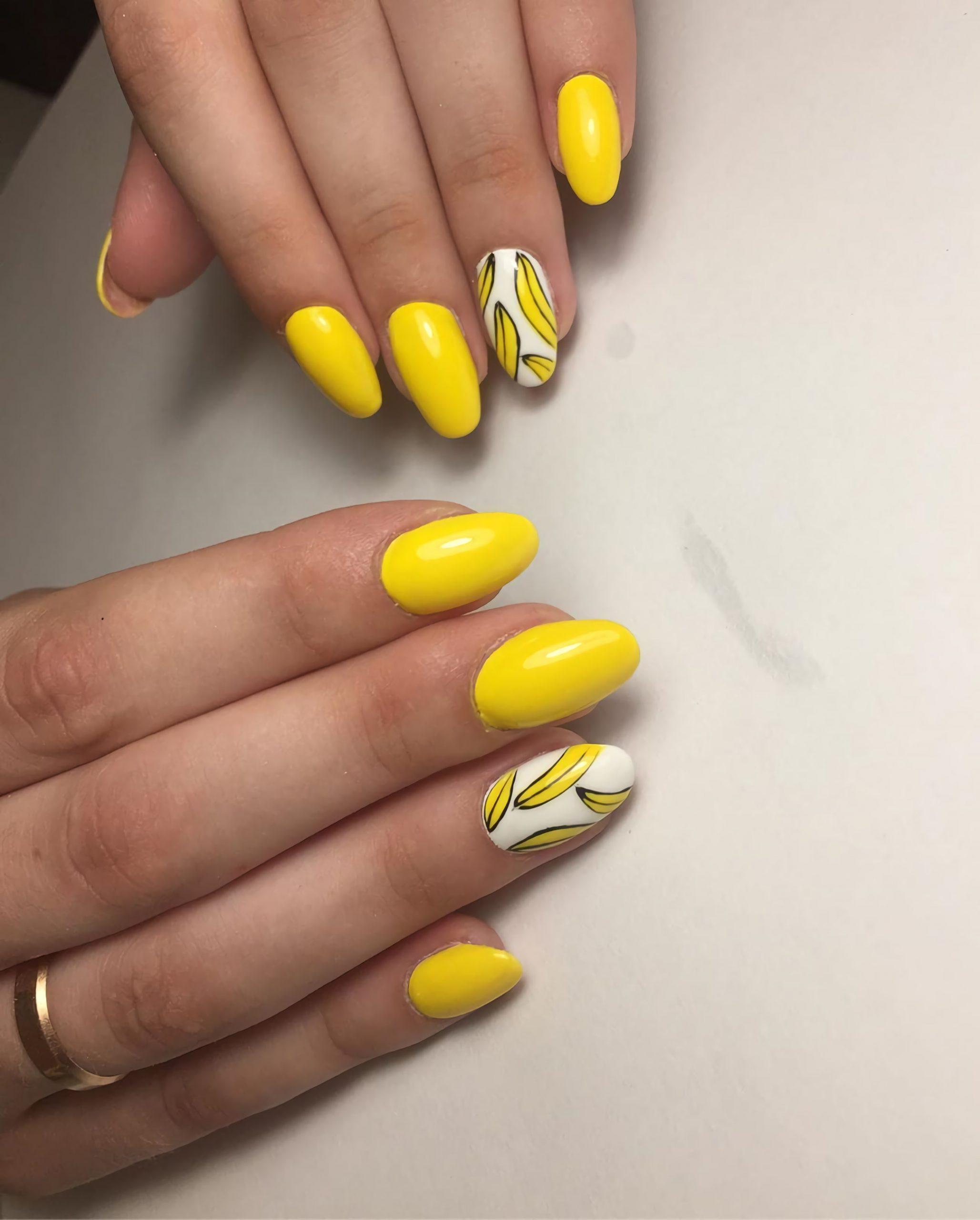 стильные желтые ногти с изображением банана