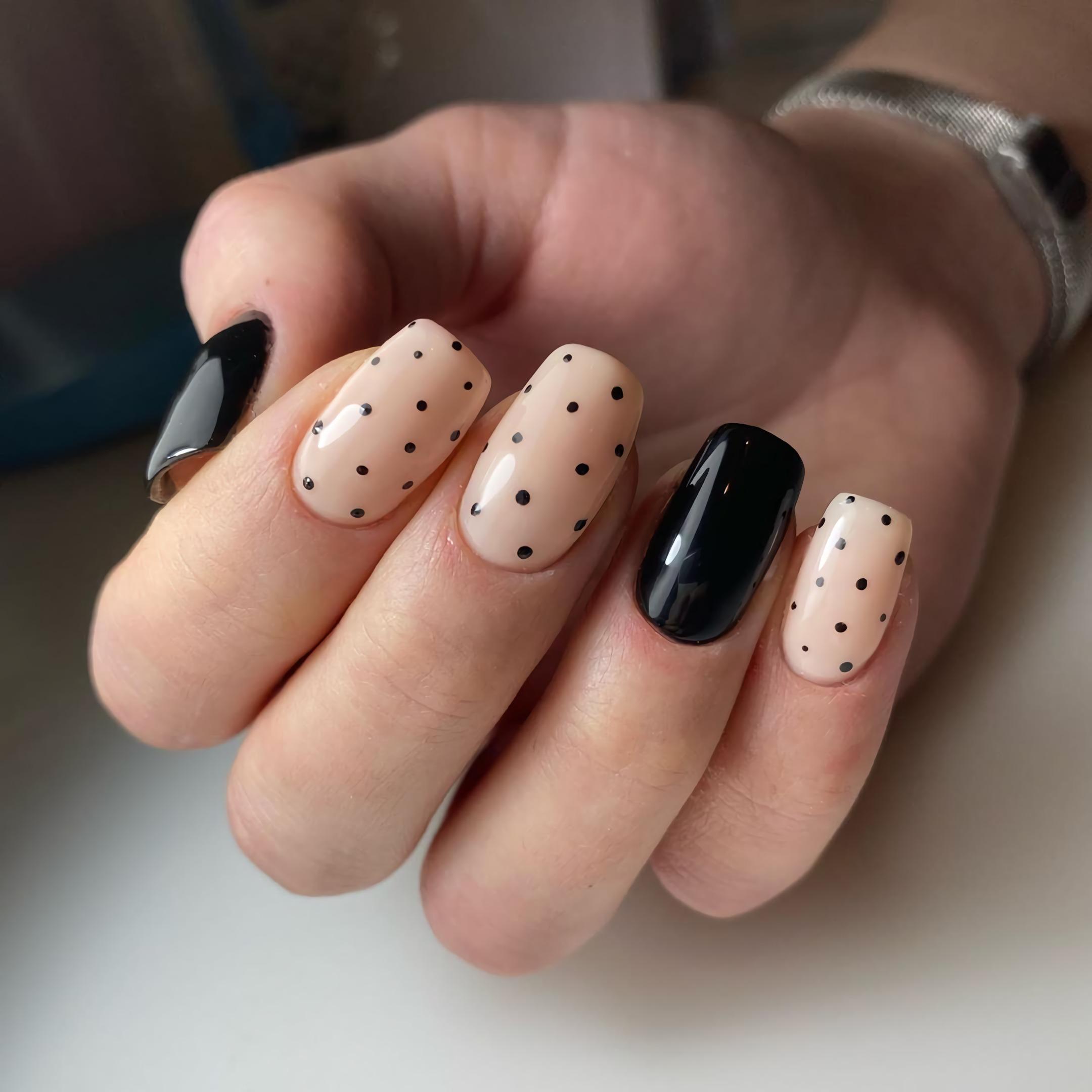 красивые короткие ногти с точками