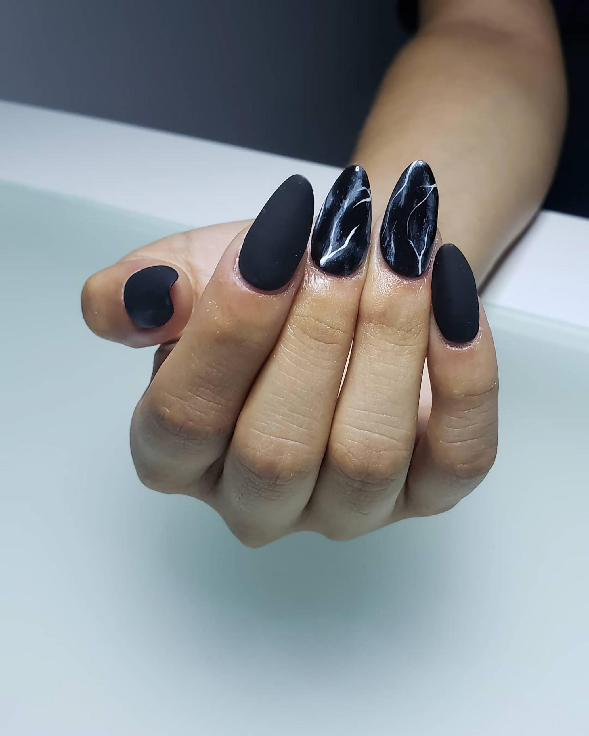 стильный черный и белый маникюр на короткие ногти