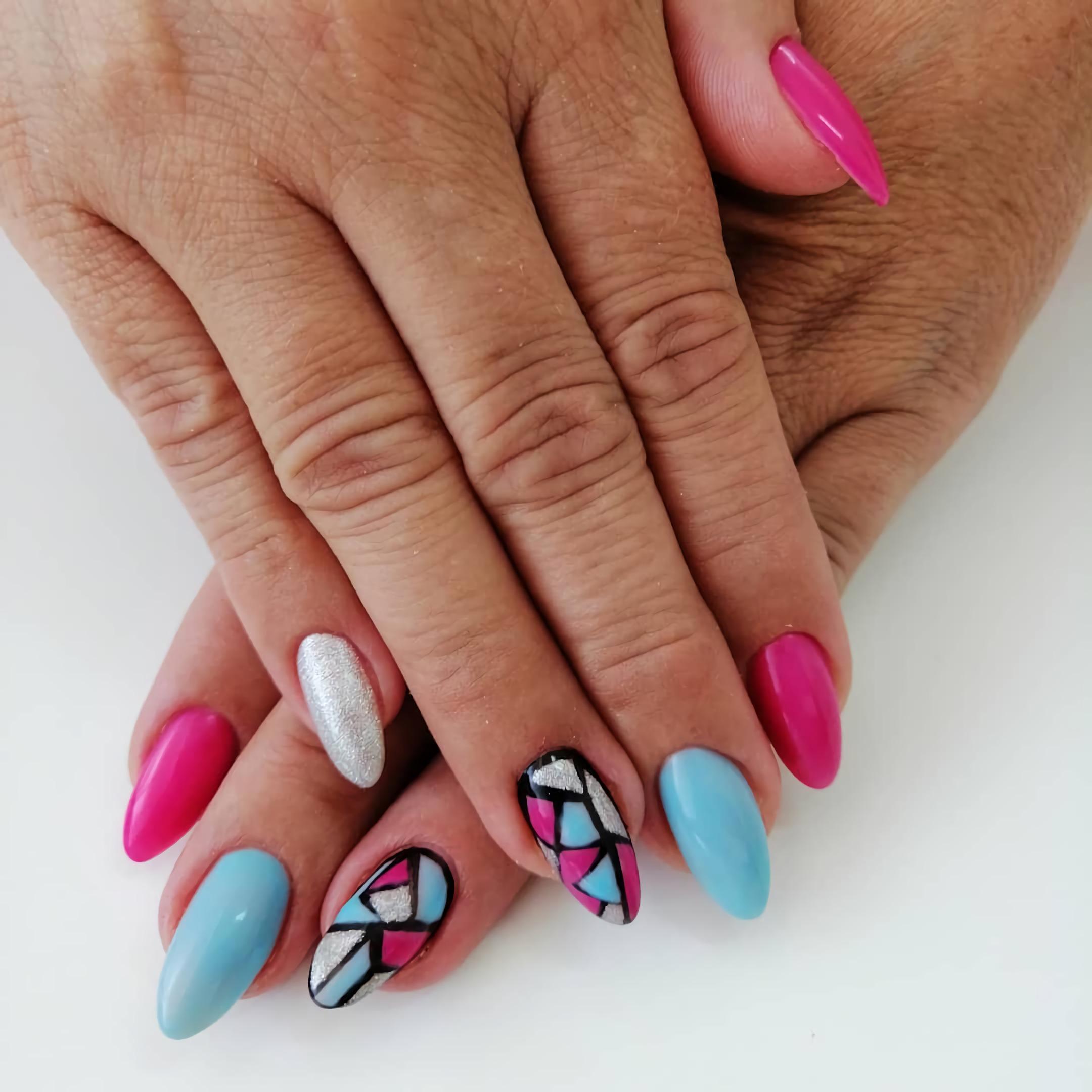 синие, красные, белые геометрические короткие ногти