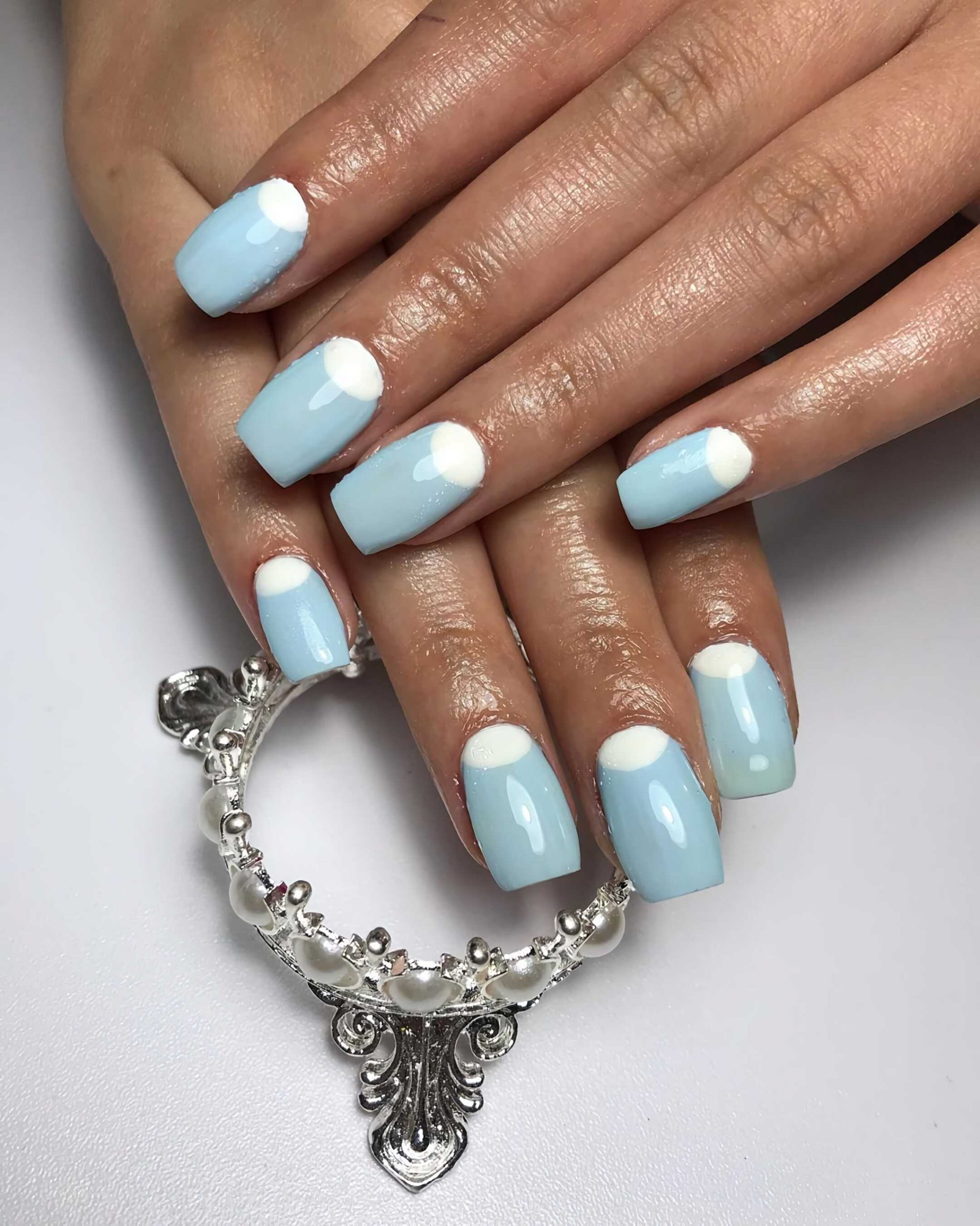 короткие ногти с голубым маникюром