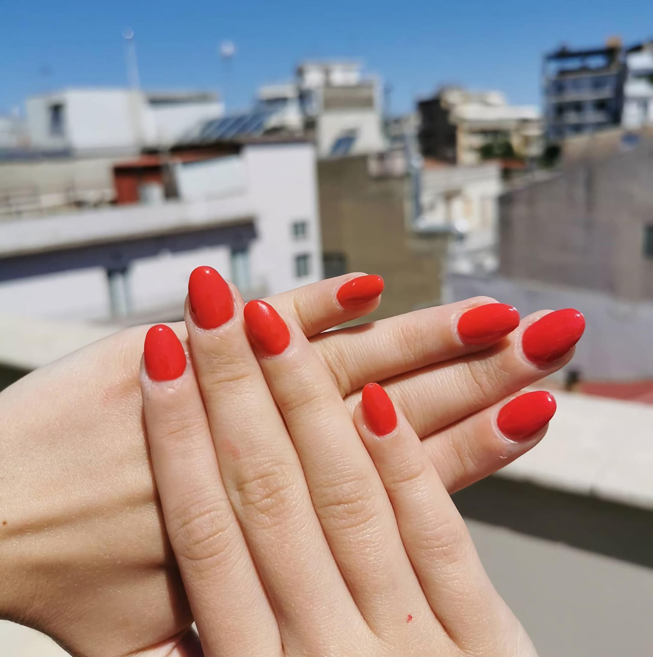 классические красные ногти