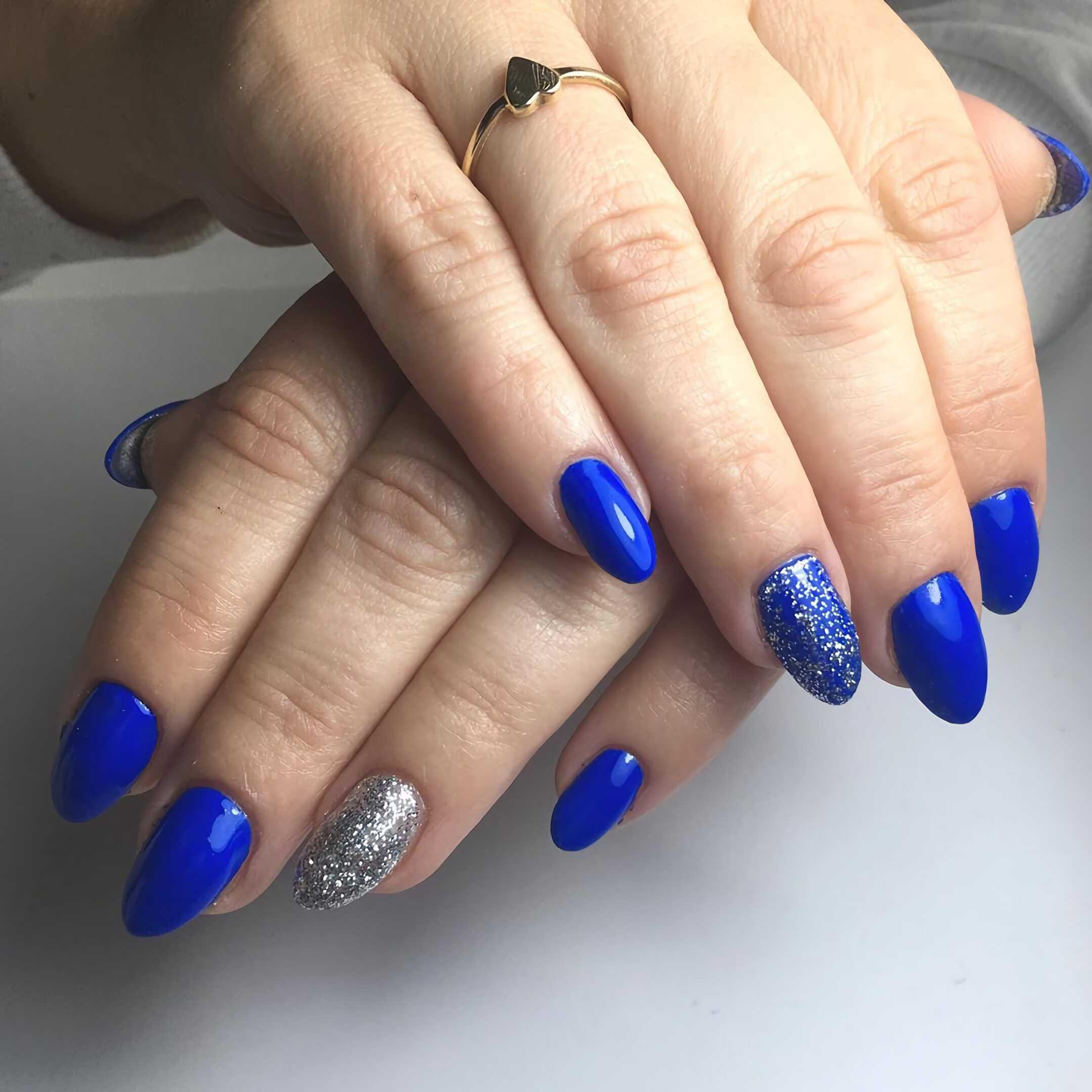 кобальтовые короткие ногти
