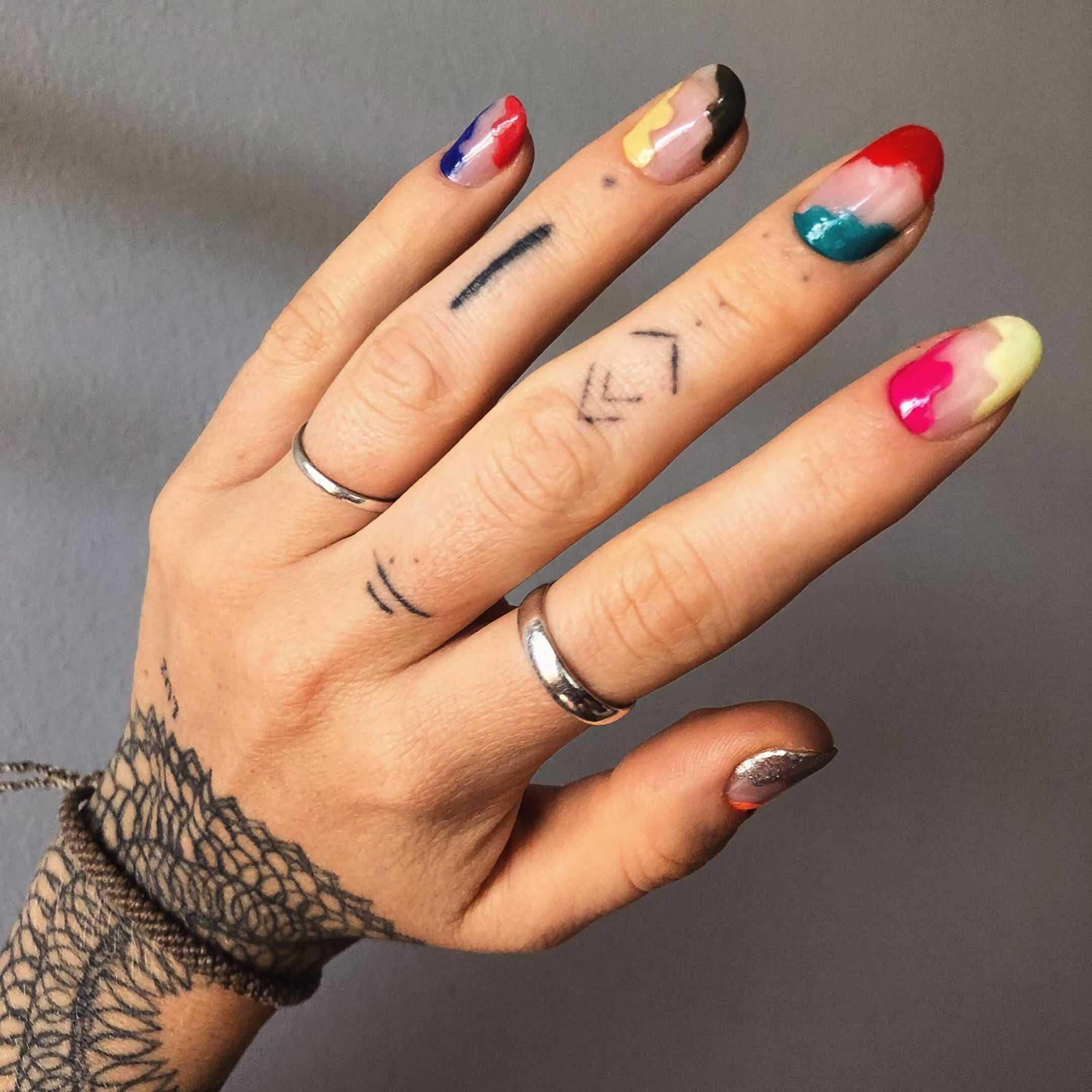 красочный маникюр на короткие ногти