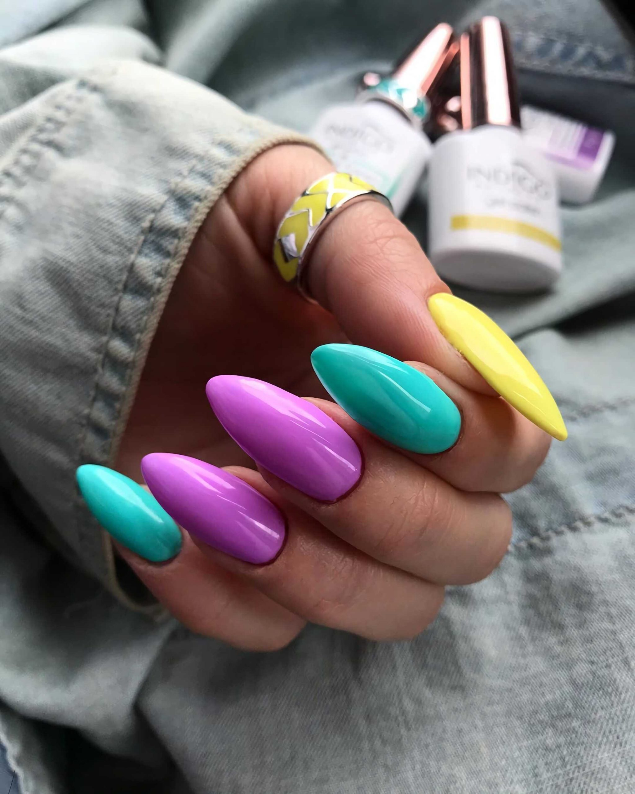 модные разноцветные, короткие ногти