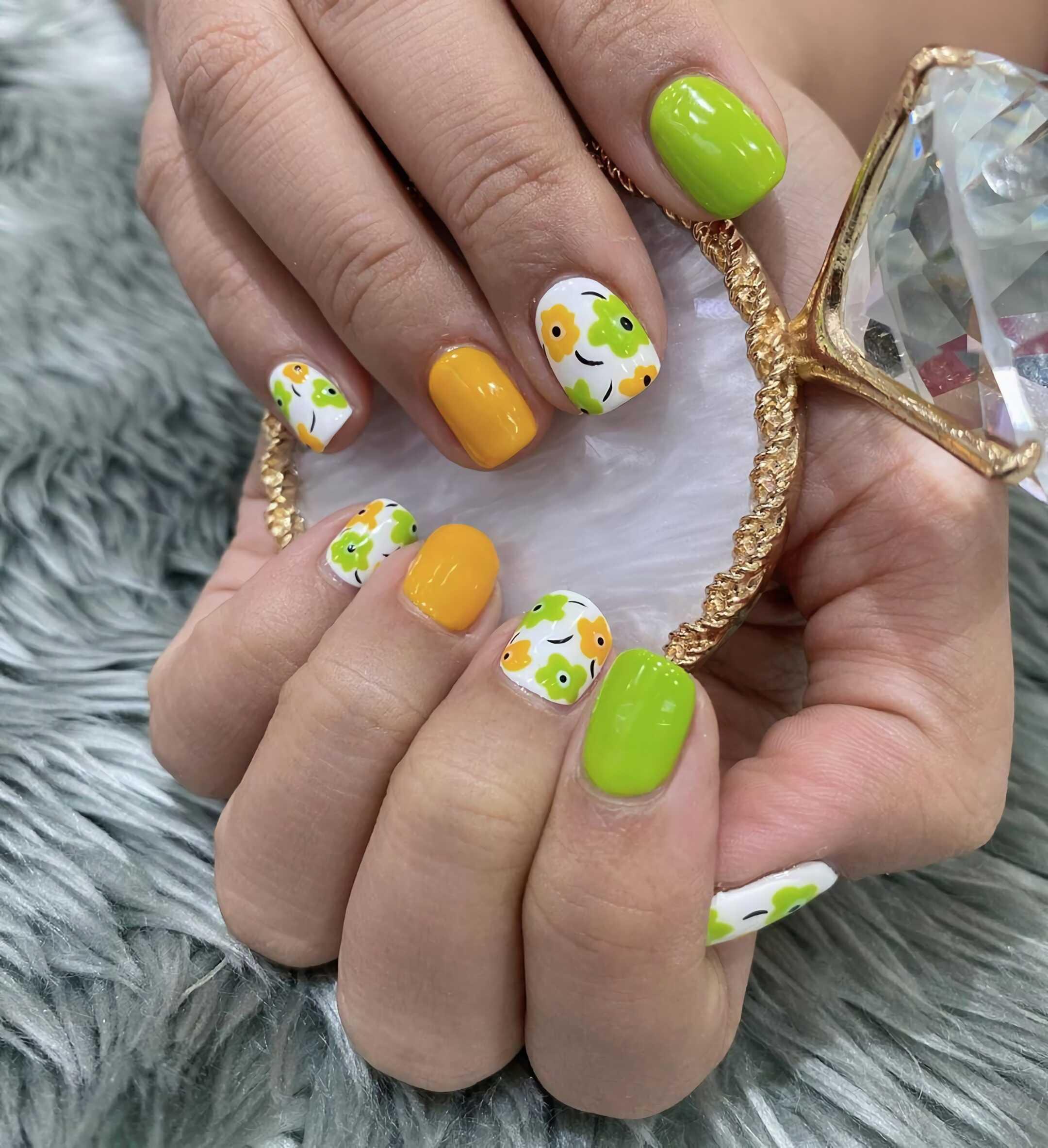 милый маникюр с цветами на короткие ногти