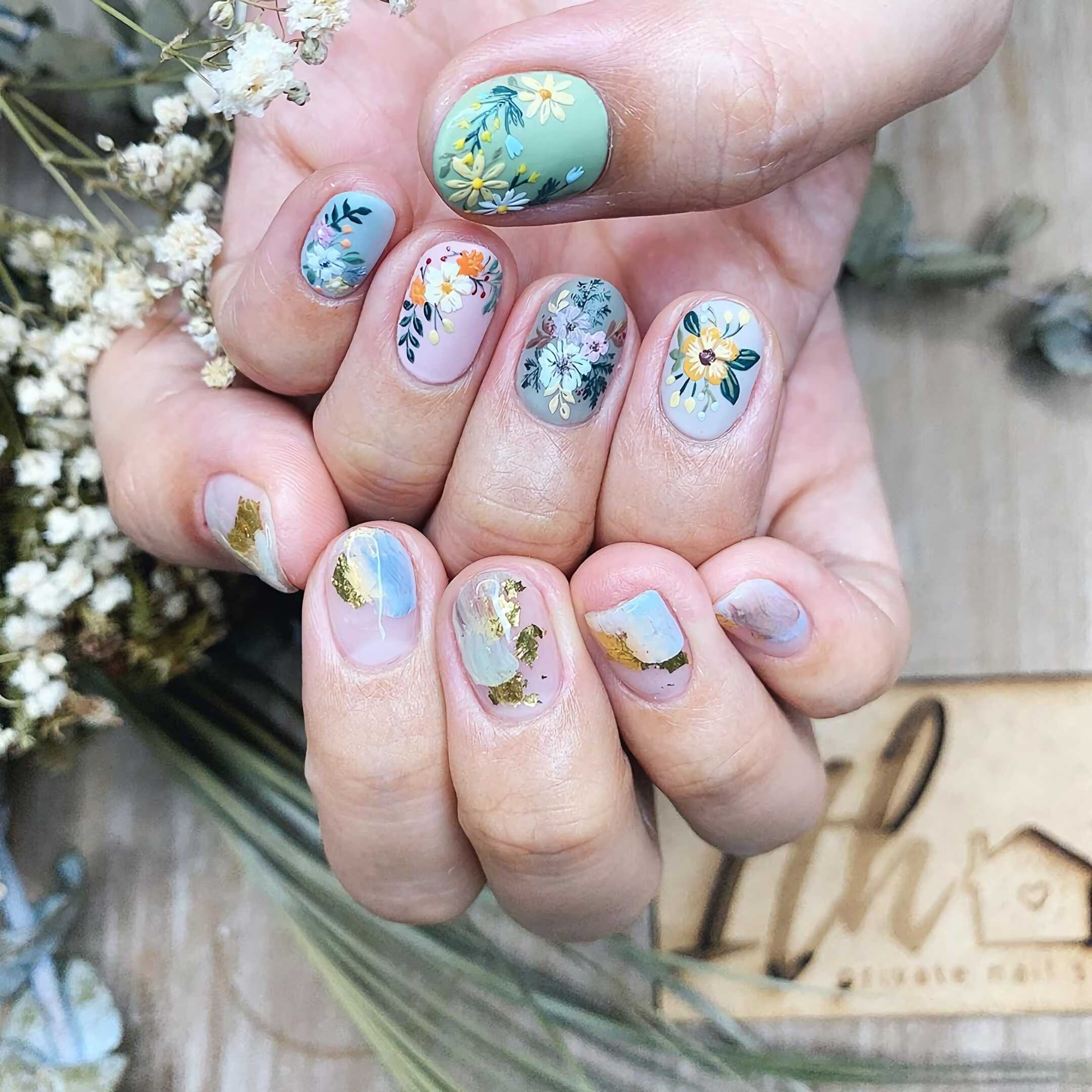 красивый цветочный маникюр на короткие ногти
