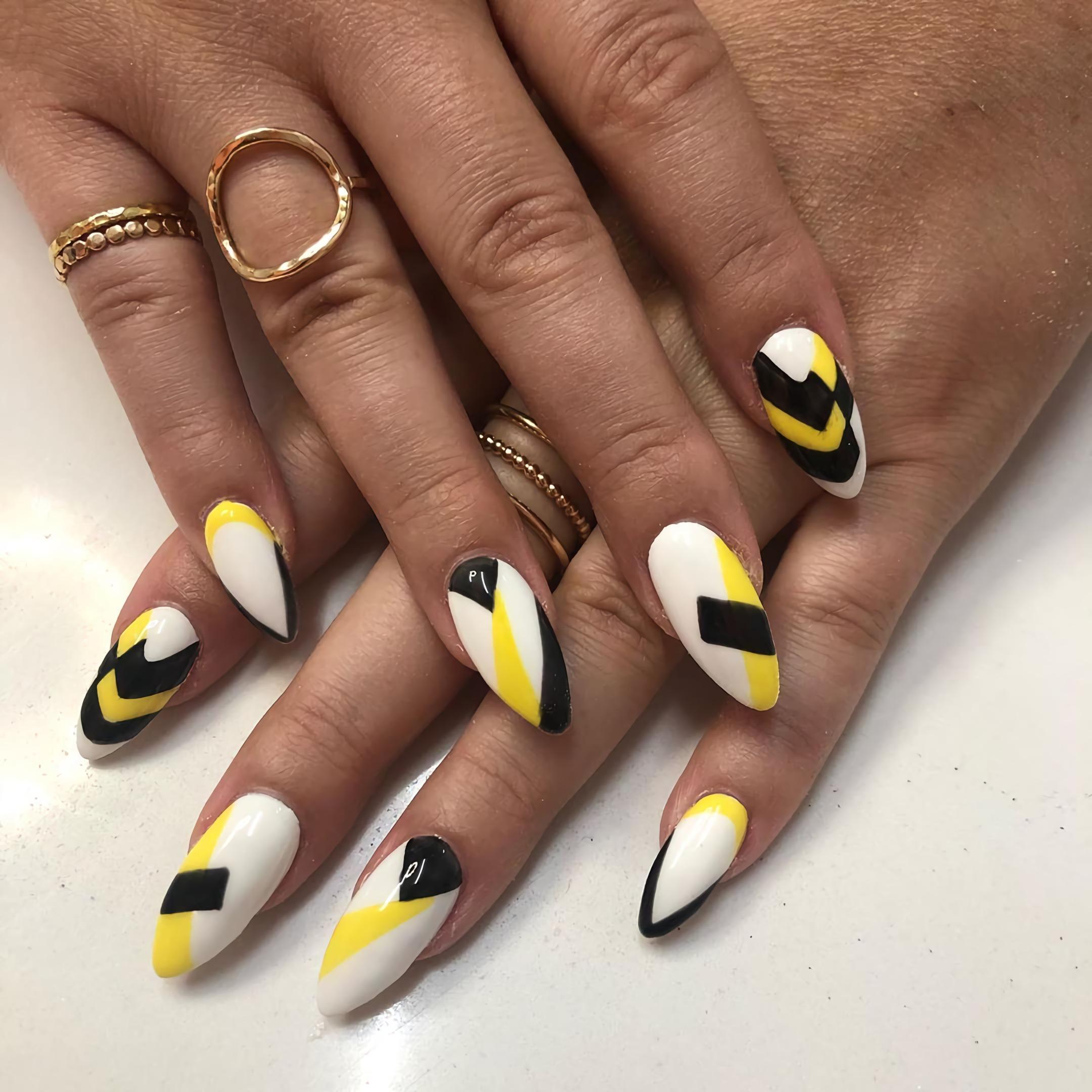 модный геометрический маникюр на короткие ногти