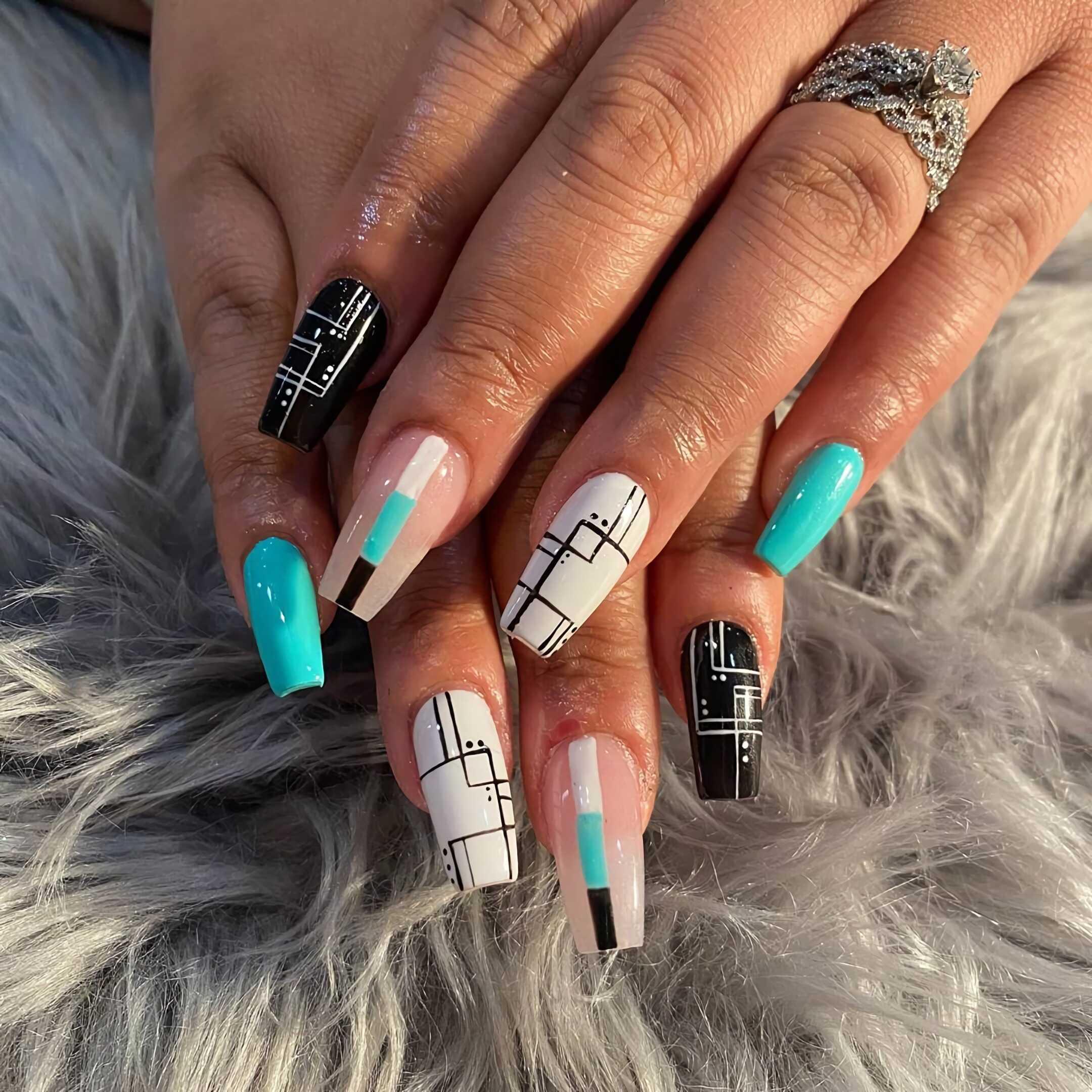 стильный геометрический маникюр на короткие ногти