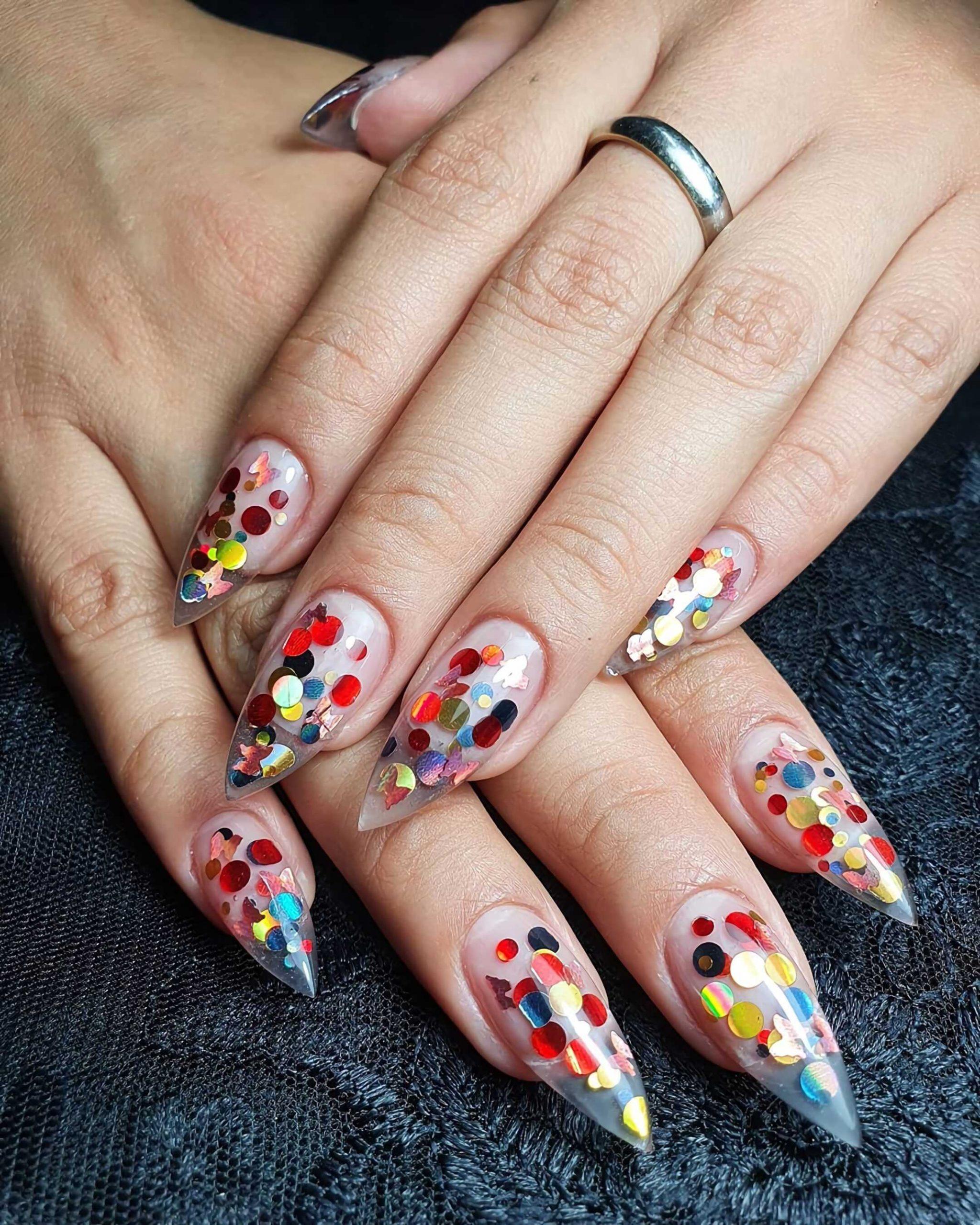 короткие ногти с блестящими точками