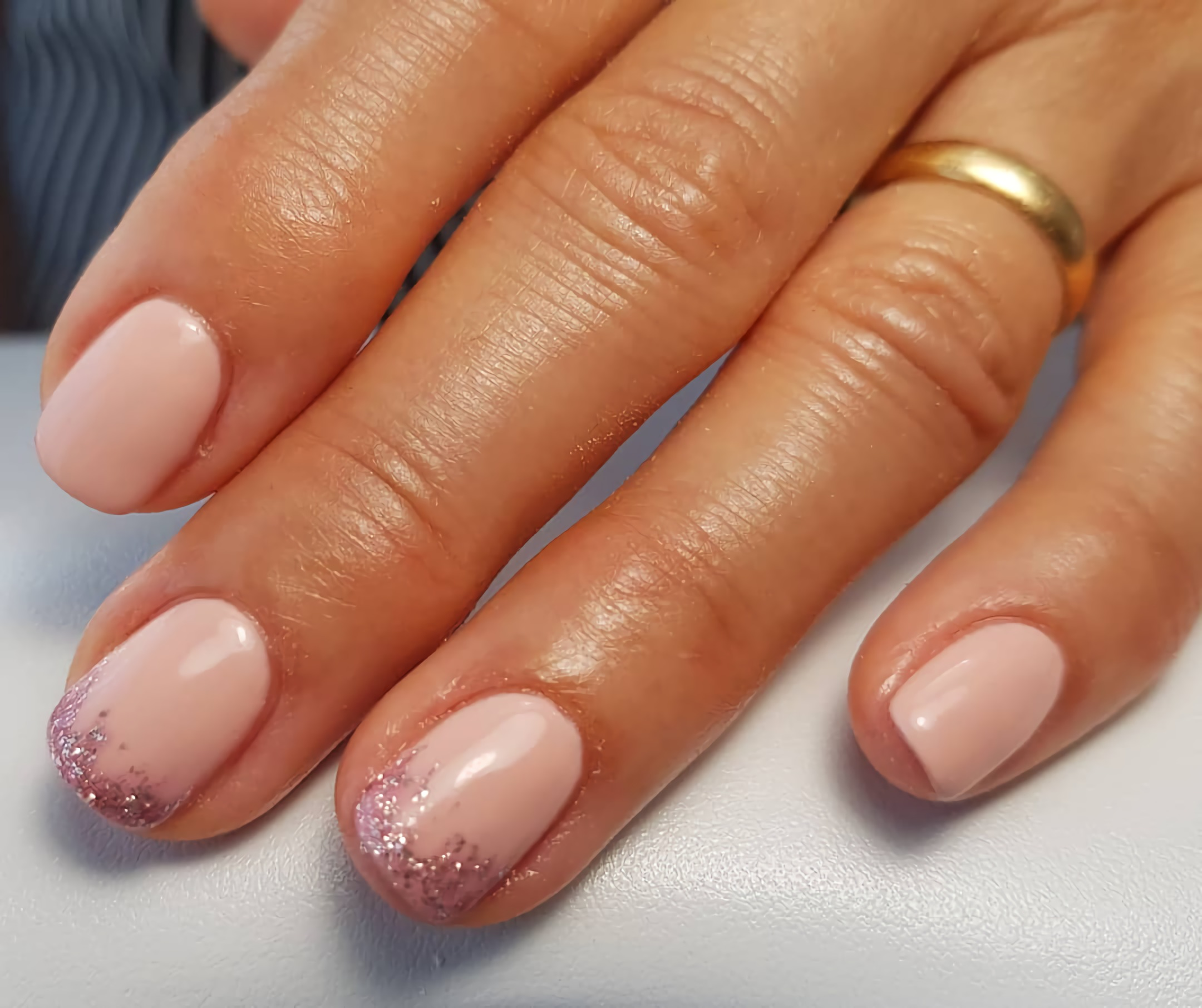 модные короткие ногти с блеском