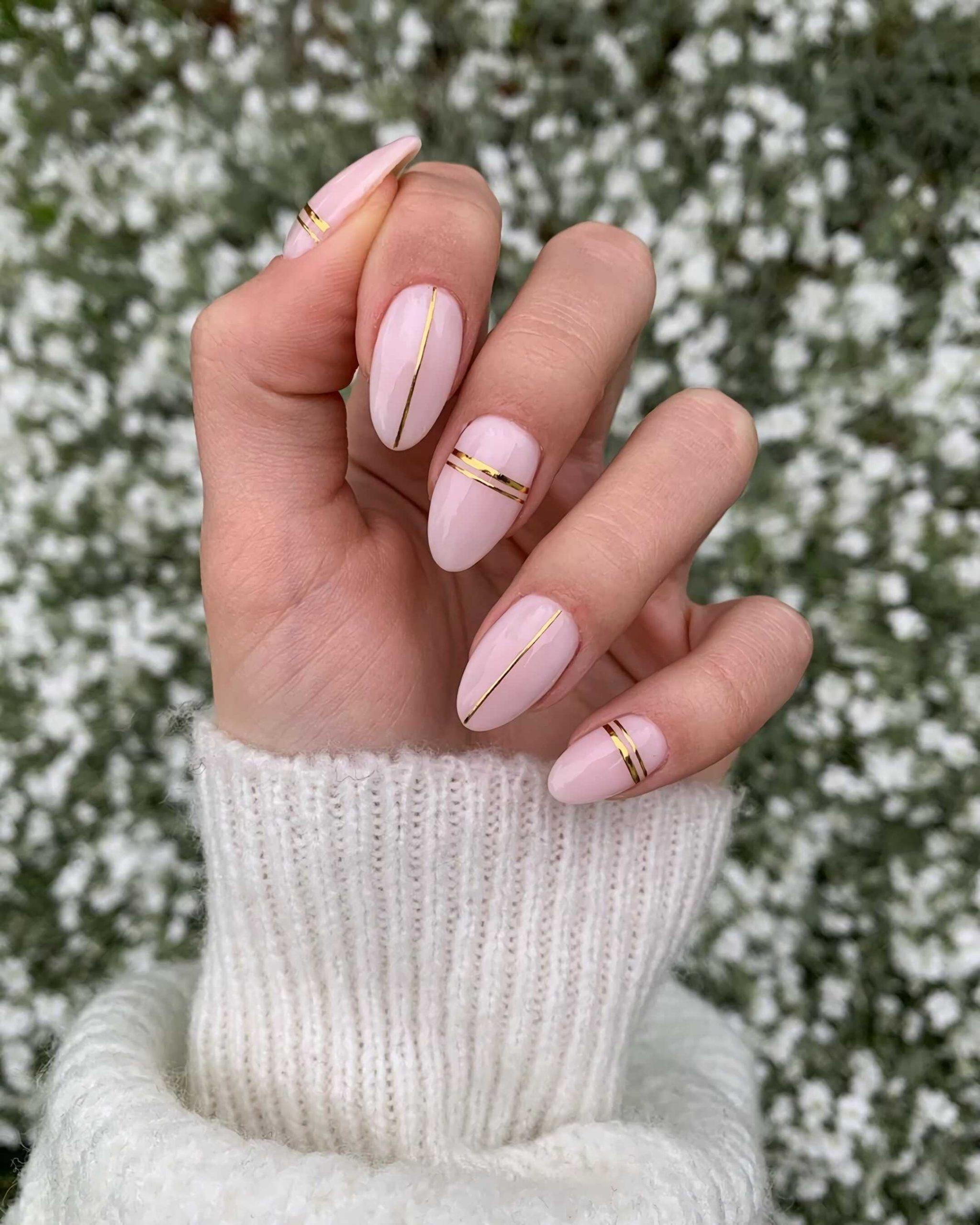 золотой маникюр с линиями на короткие ногти