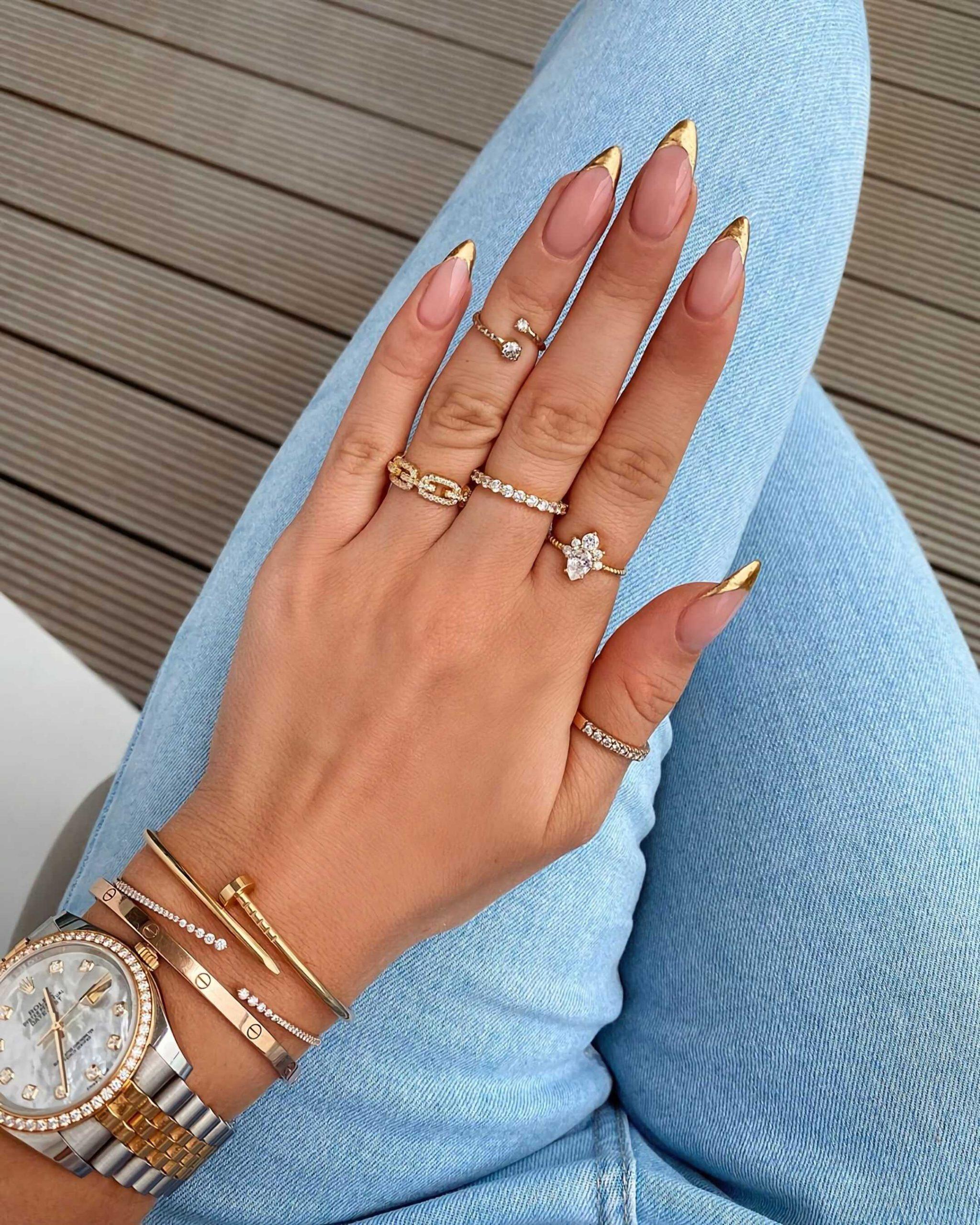 стильный золотой маникюр на короткие ногти