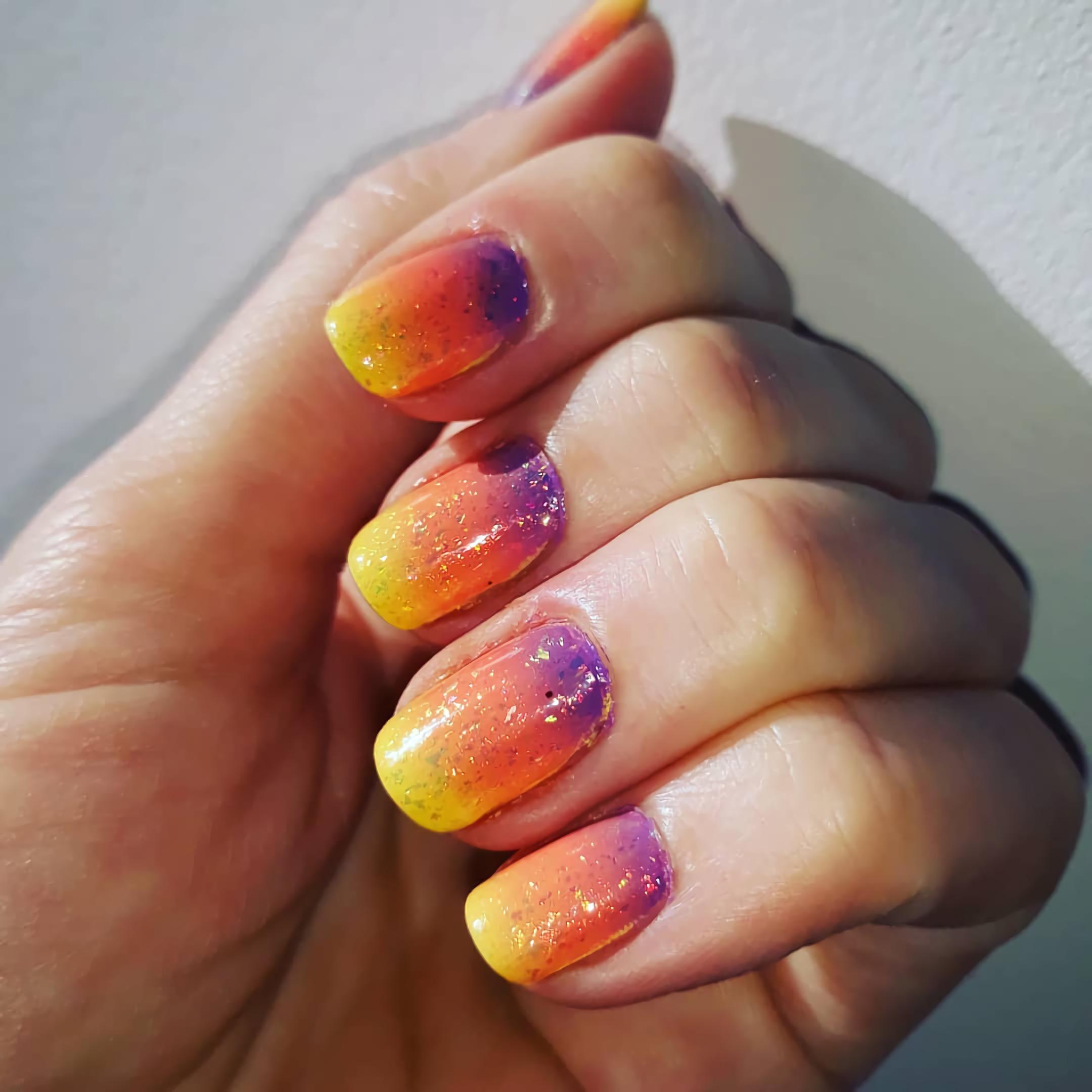 градиентные короткие ногти
